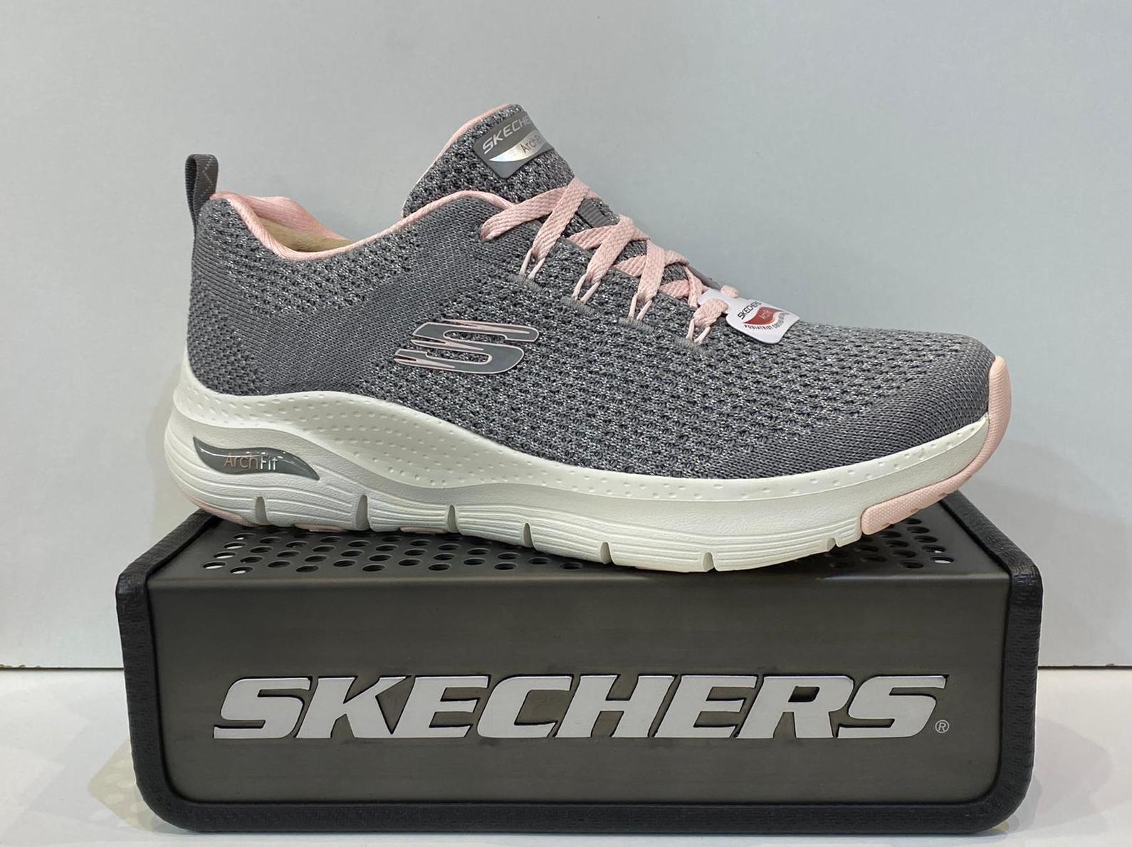 Sabata esportiva de dona, de la marca Skechers Arch Fitt, especials per a problemes de peus com, síndrome de morton, esperons, fastitis plantar. 79.95€