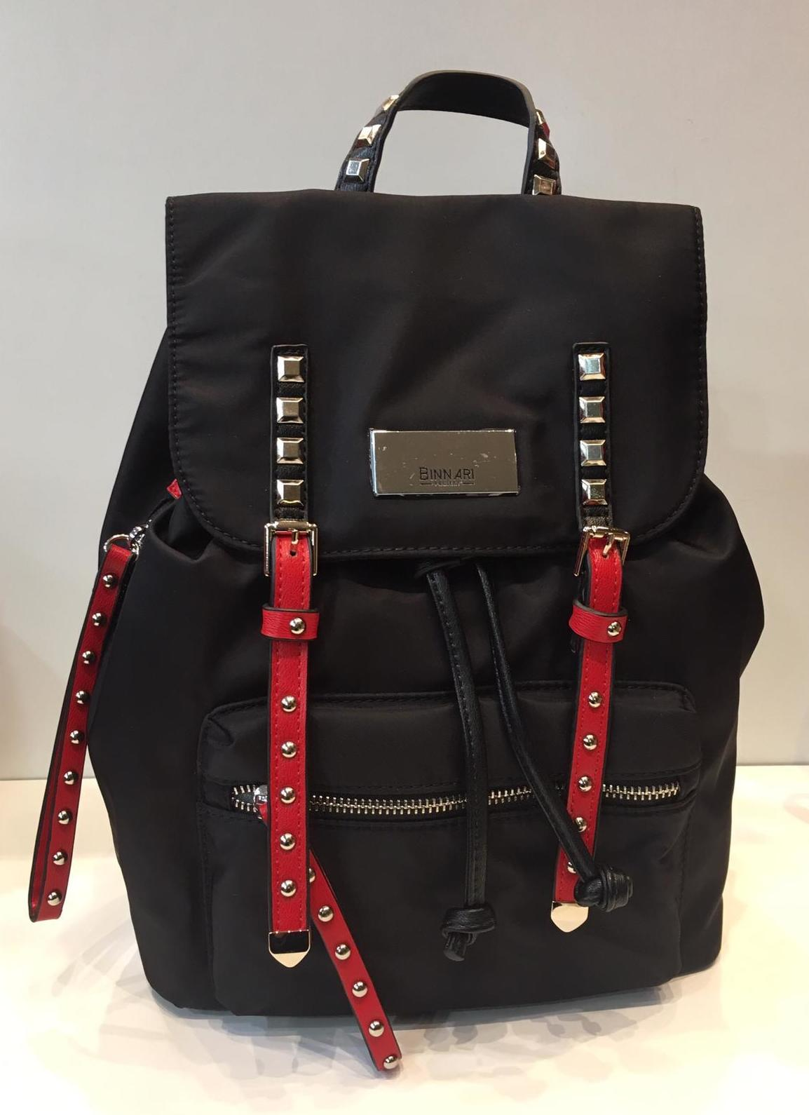 mochila negra marca Binnari