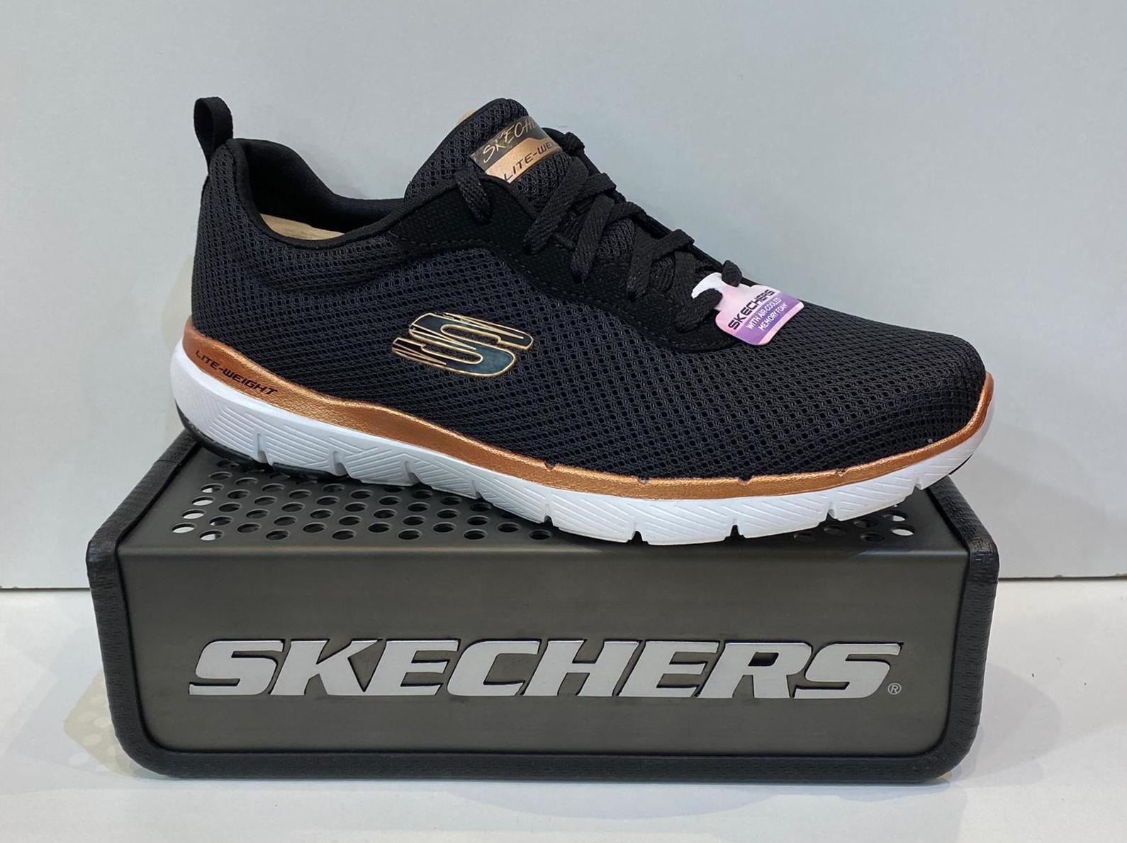 Sabata esportiva de dona, de la marca Skechers, sola de resalite, plantilla memory foam Air Colled 59.95€