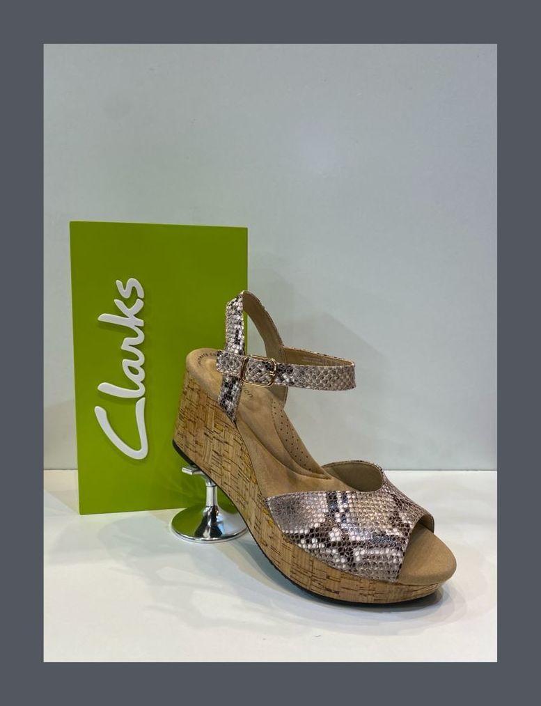 Sandàlia de dona, de la marca Clarks, ample especial, plantilla de viscoelàstica folrada de pell, plataforma de suro premsat i barnissat, amb sola de goma antilliscant 79.95€