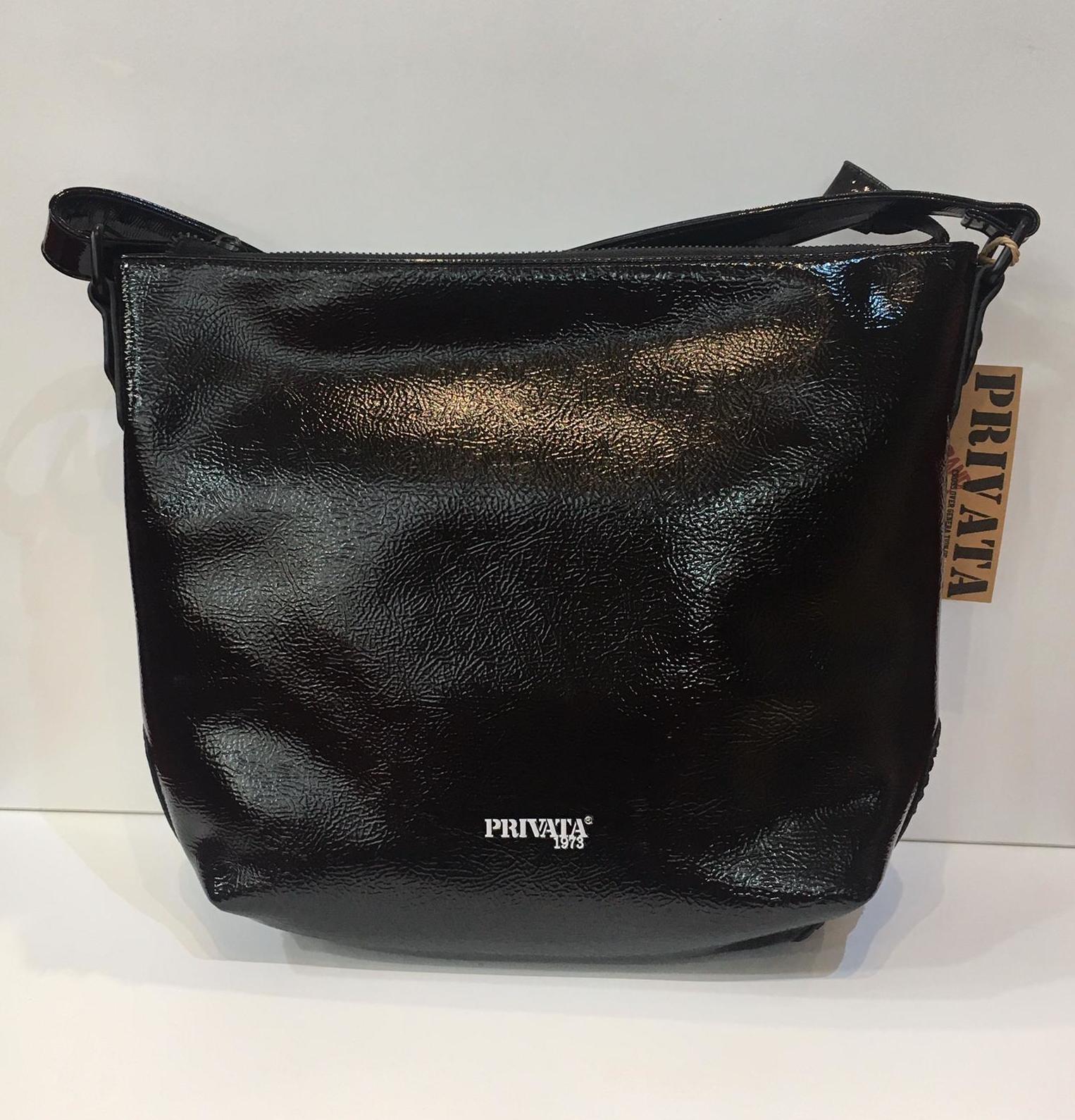 Bossa de la marca Privata, de mida mitjana, de xarol negre, amb tira llarga adaptable a totes les llargades 48.50€