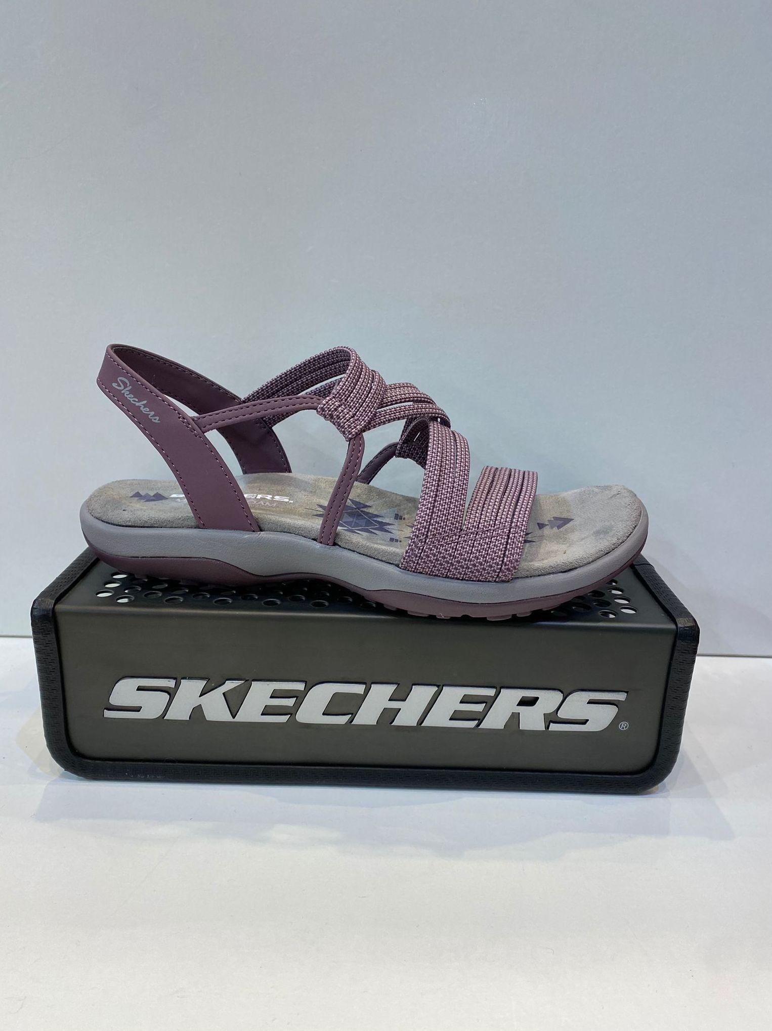Sandàlia de dona, de la marca Skechers, tires elàstiques, plantilla Memory Foam, sola de resalite i goma 49.95€ www.calzadosllinas.es