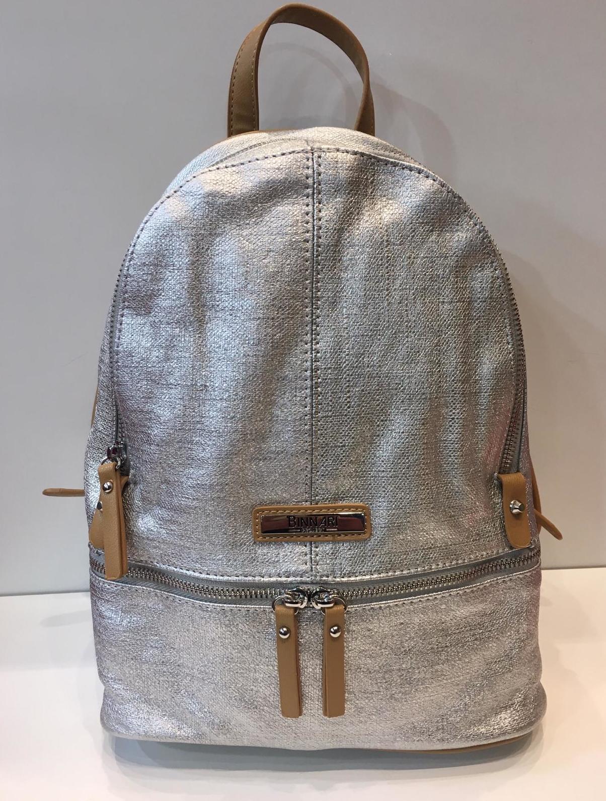mochila plateada marca Binnari