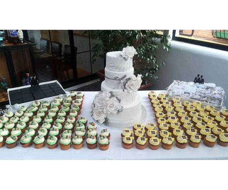 Mesas con dulces y tarta para eventos