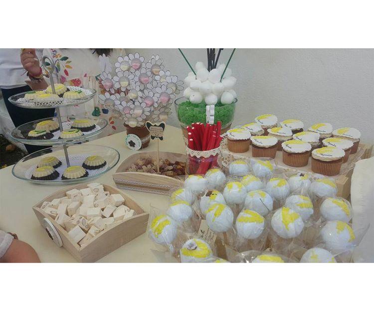 Mesa con dulces para celebraciones
