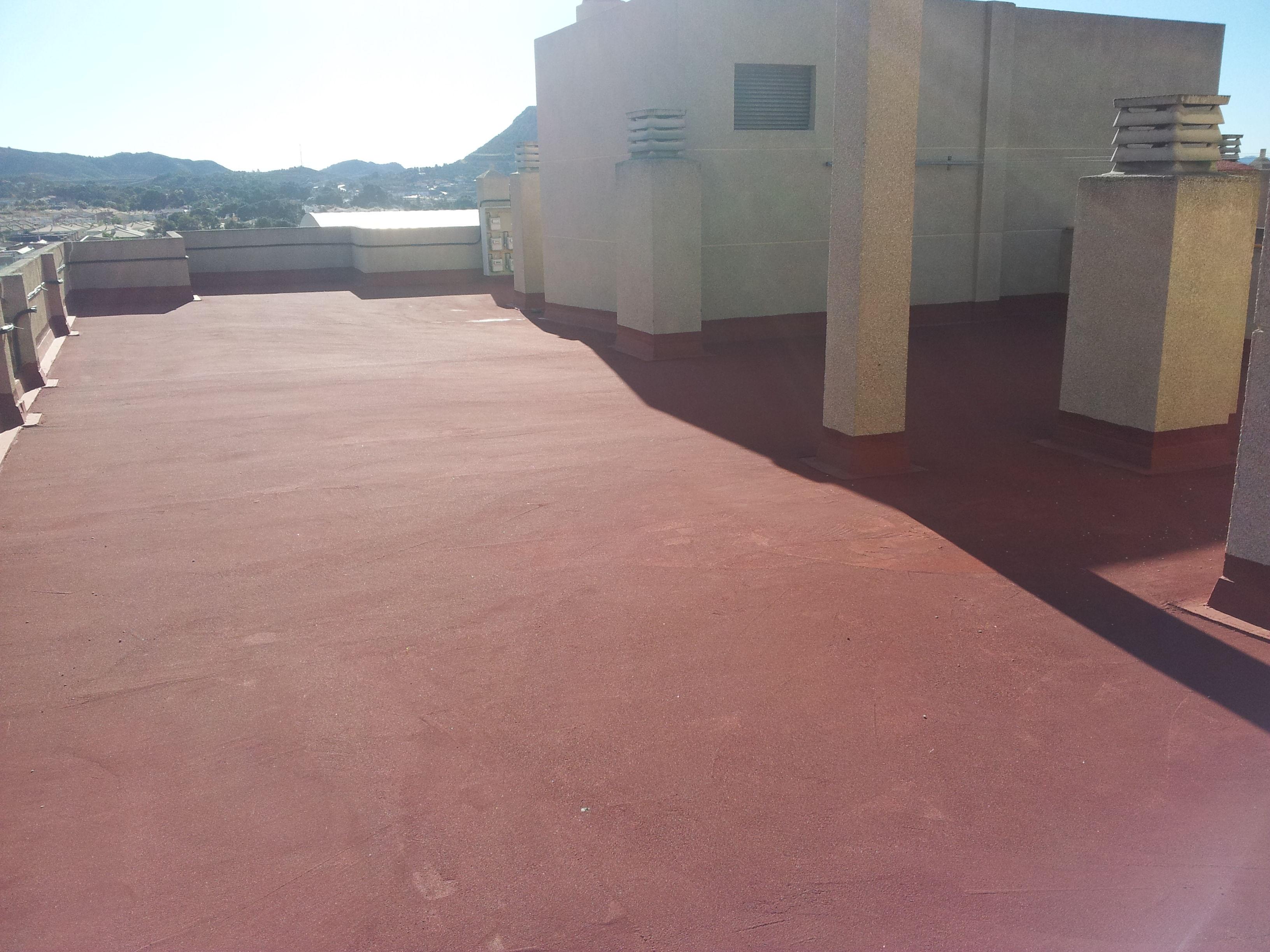 terraza impermeabilizada con caucho y fibra de vidreo mas proteccion con pavimento industrial slurry rojo