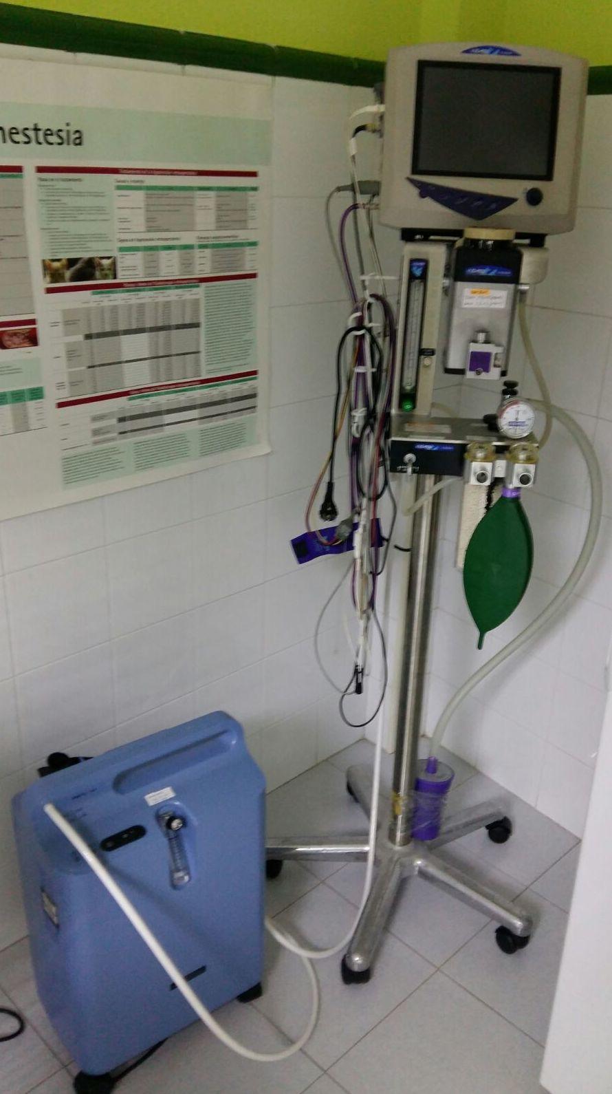 Quirófano con equipo de anestesia inhalatoria monitorización y generador de oxigeno
