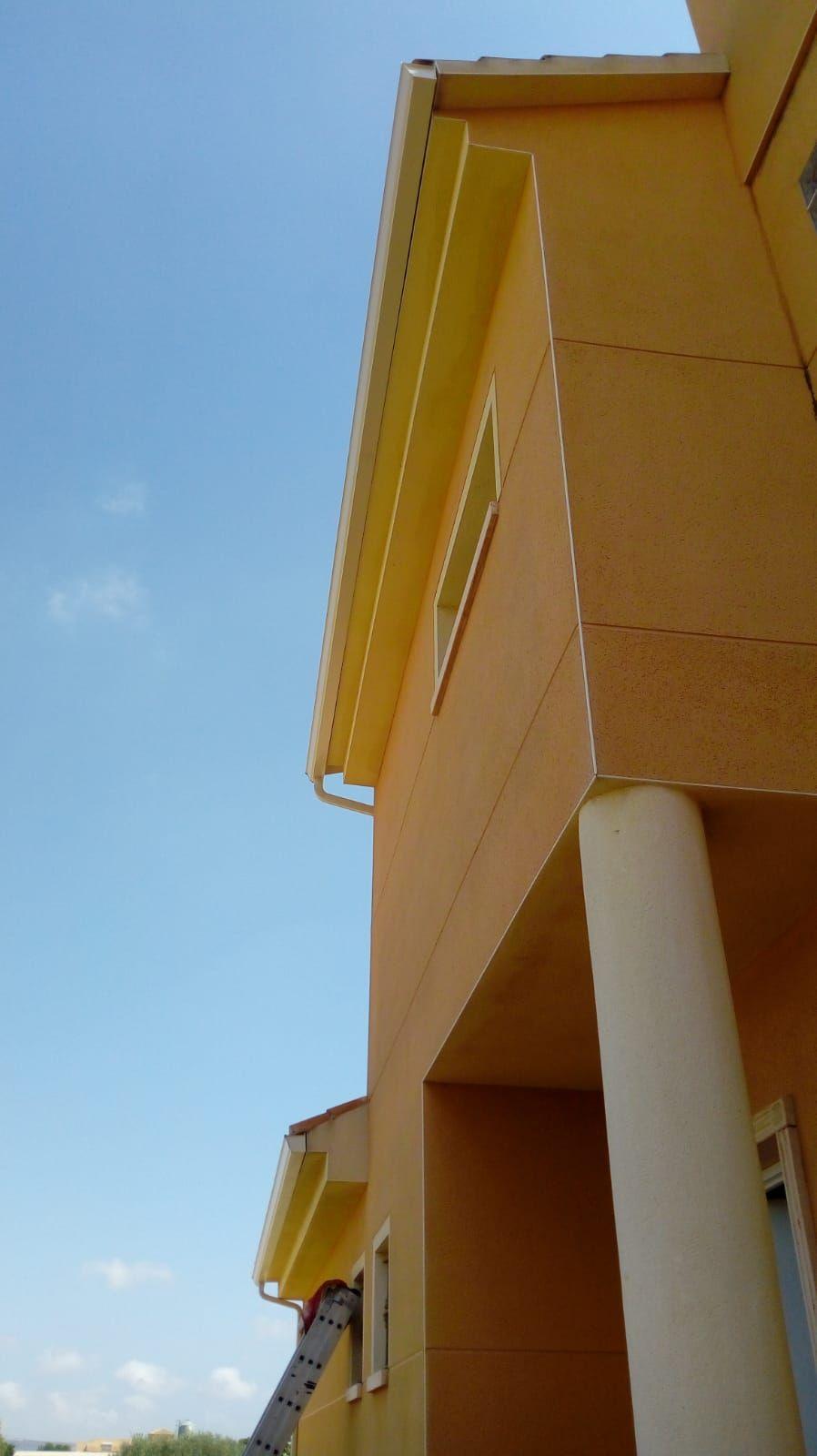 Canalon y bajadas en crema integrada,perfectamente en la vivienda
