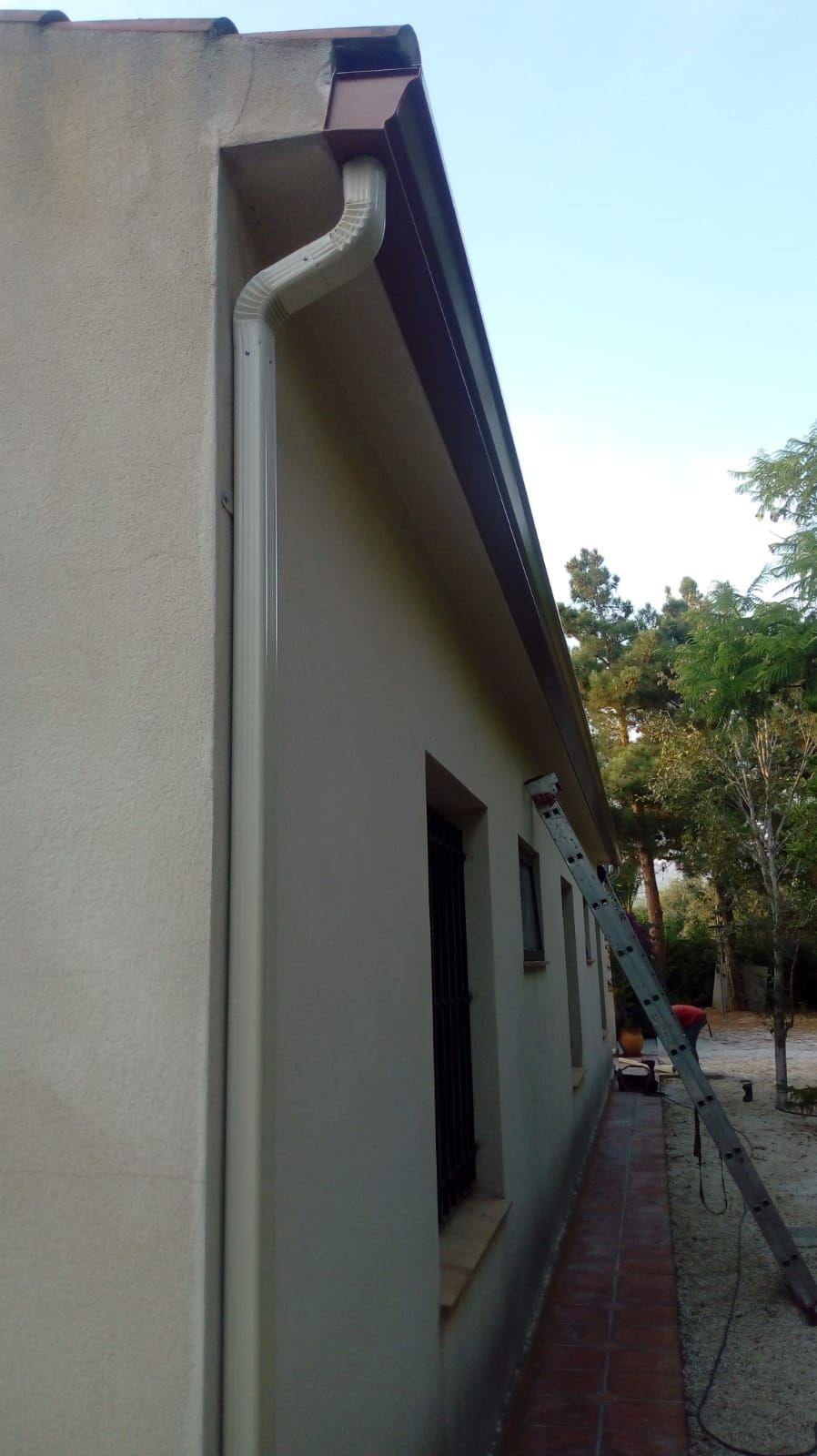 Foto 3 de Instalación de canalones de aluminio en  | Vicente Canalones