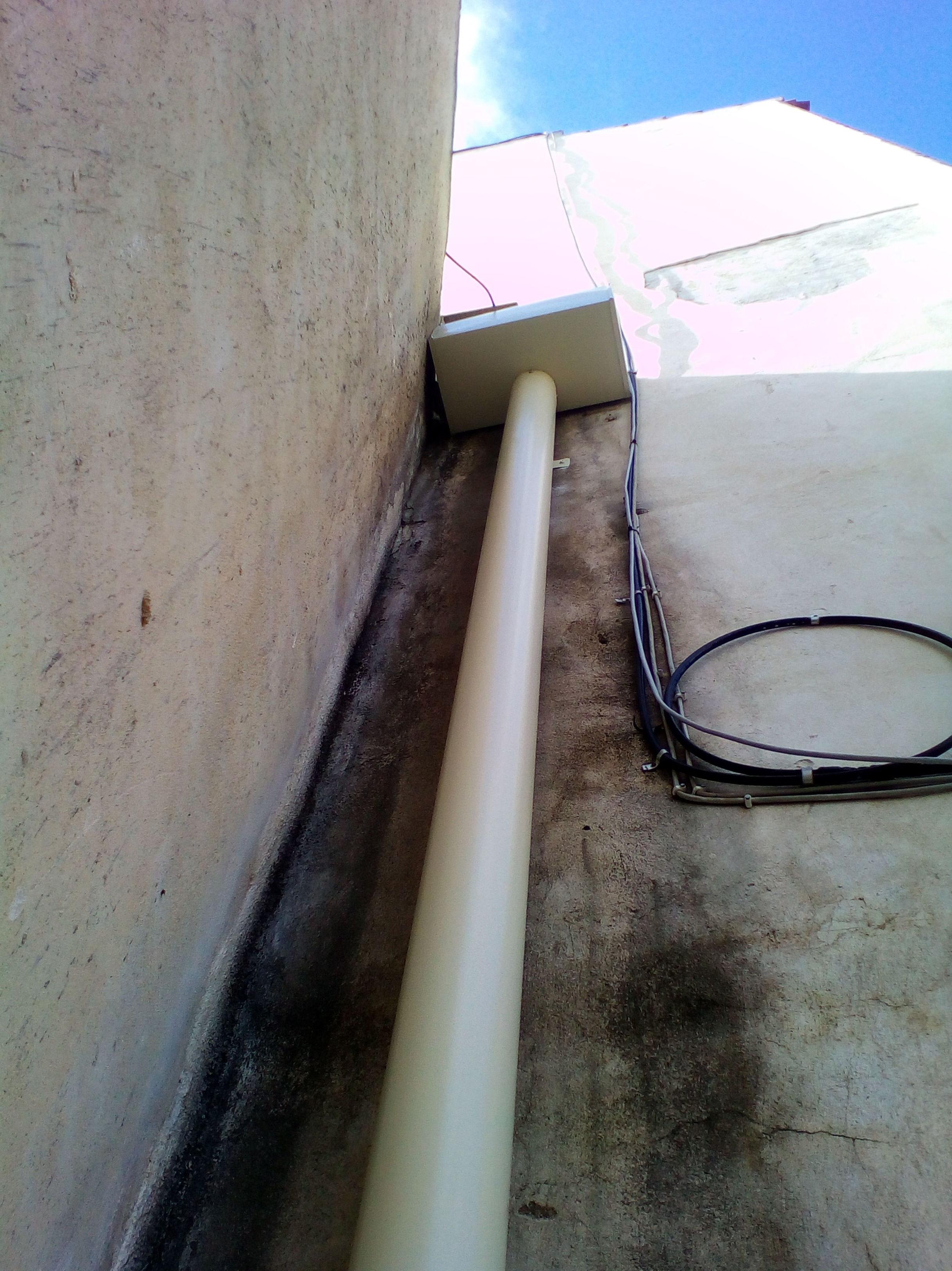 Recogedor de aluminio y bajada redonda mismo material en crema.