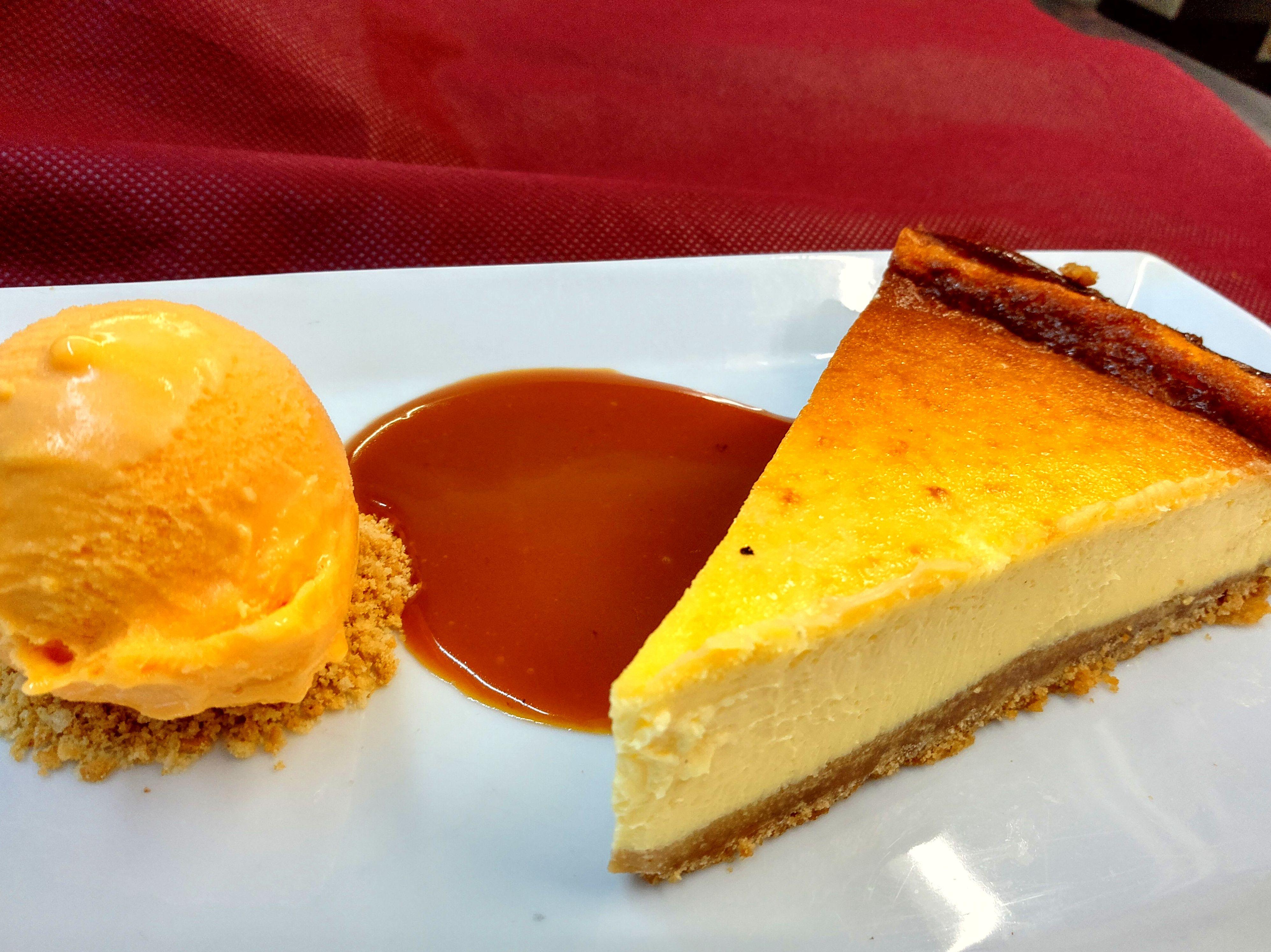 Tarta de queso al horno con toffee y helado de zumo Ace