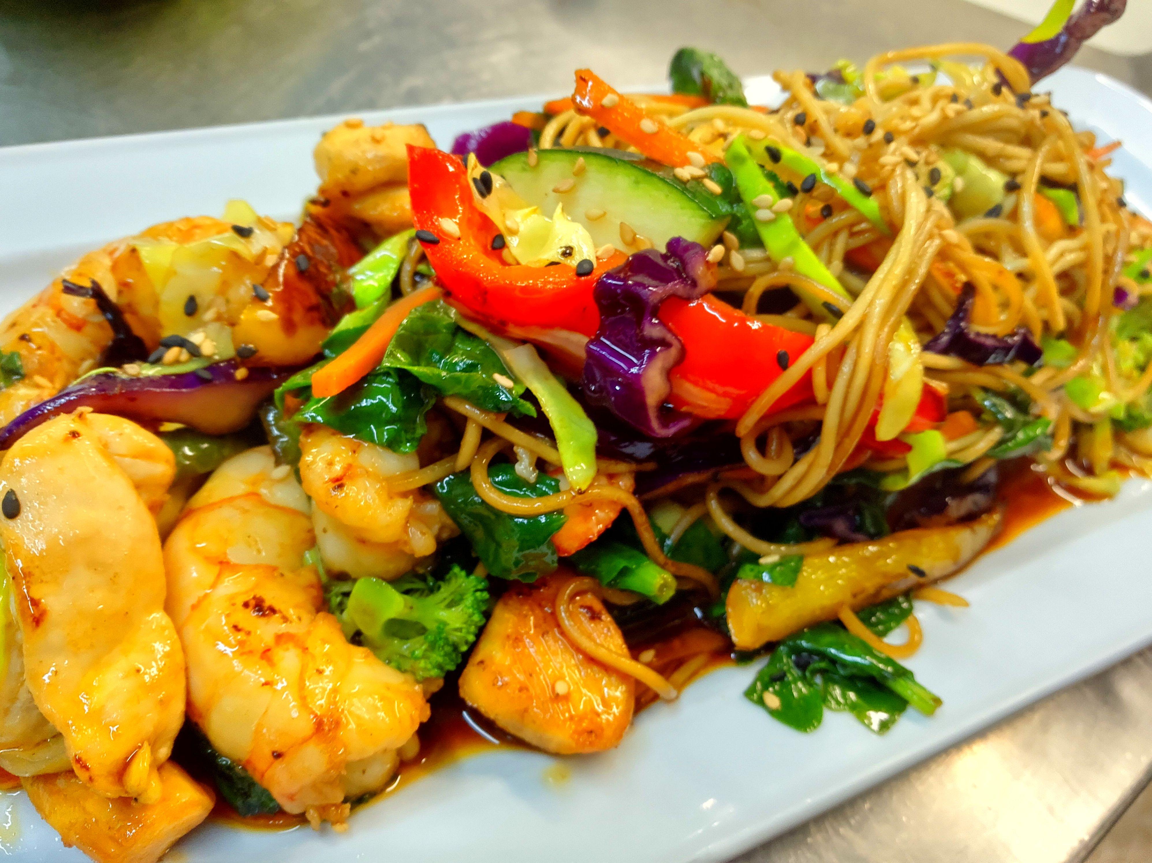Wok de pollo,langostinos,verduras con noodles