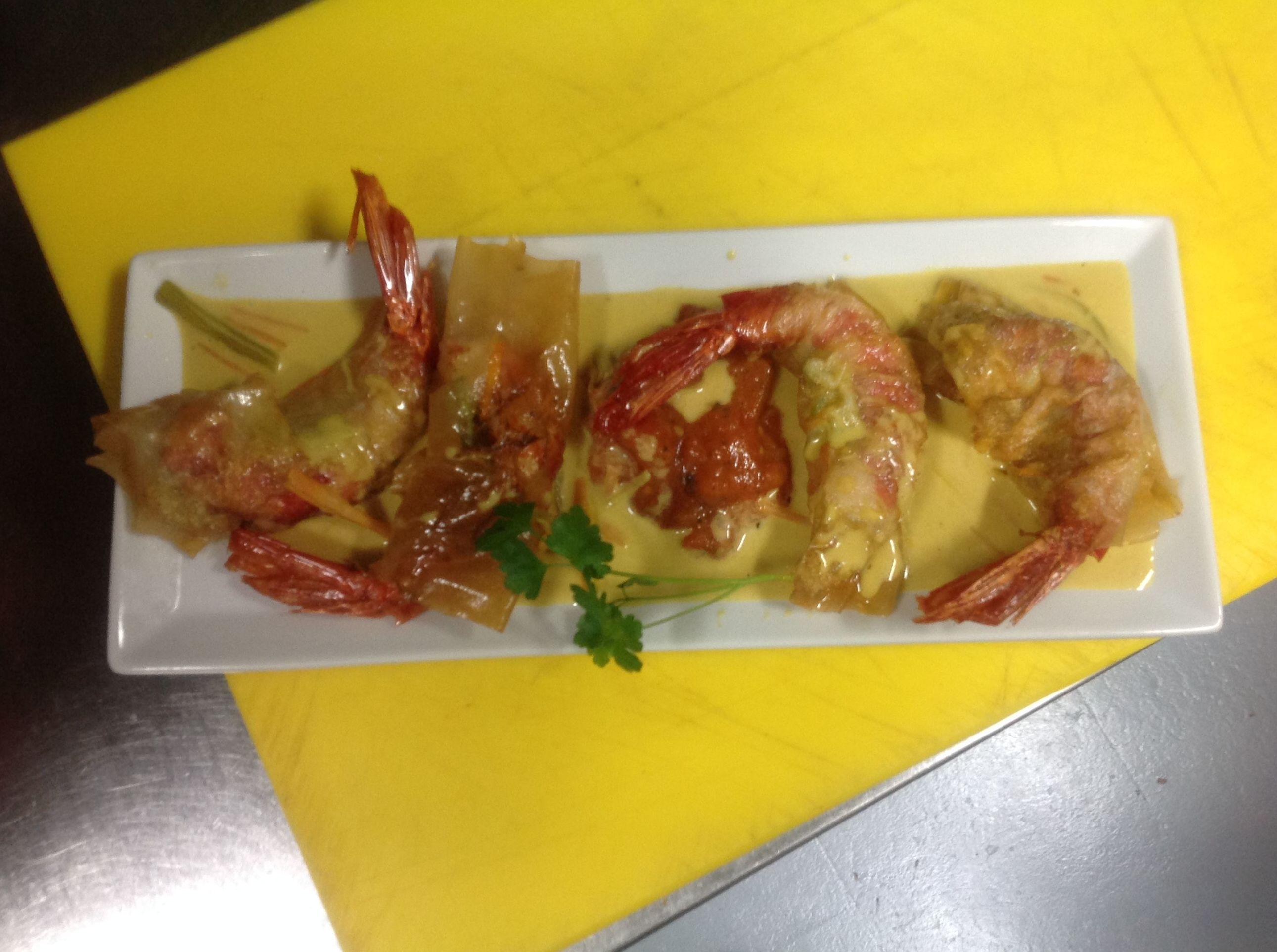 Crujientes de carabineros con salsa de vermut y azafrán en Madrid