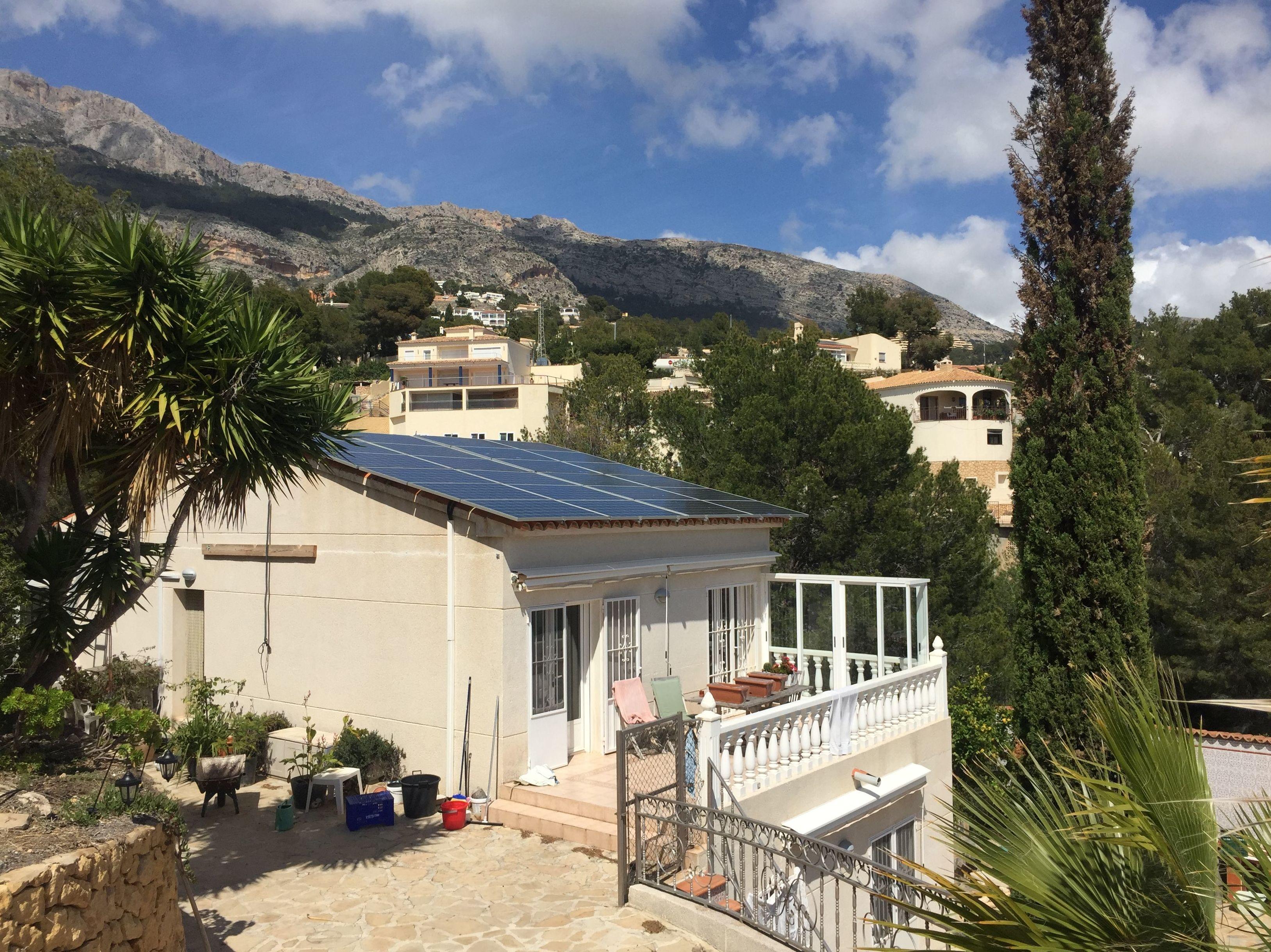 Instalación fotovoltaica aislada con 24 paneles solares