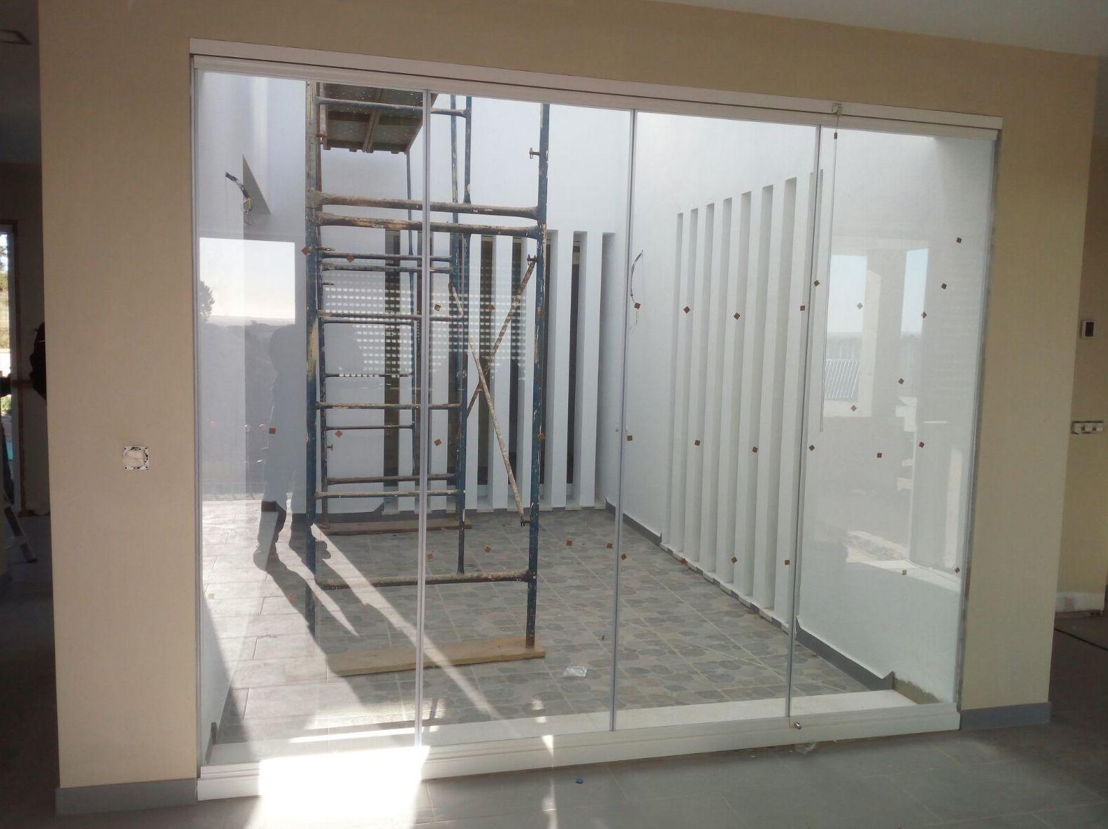 Cortina de cristal como cerramiento de patio interior