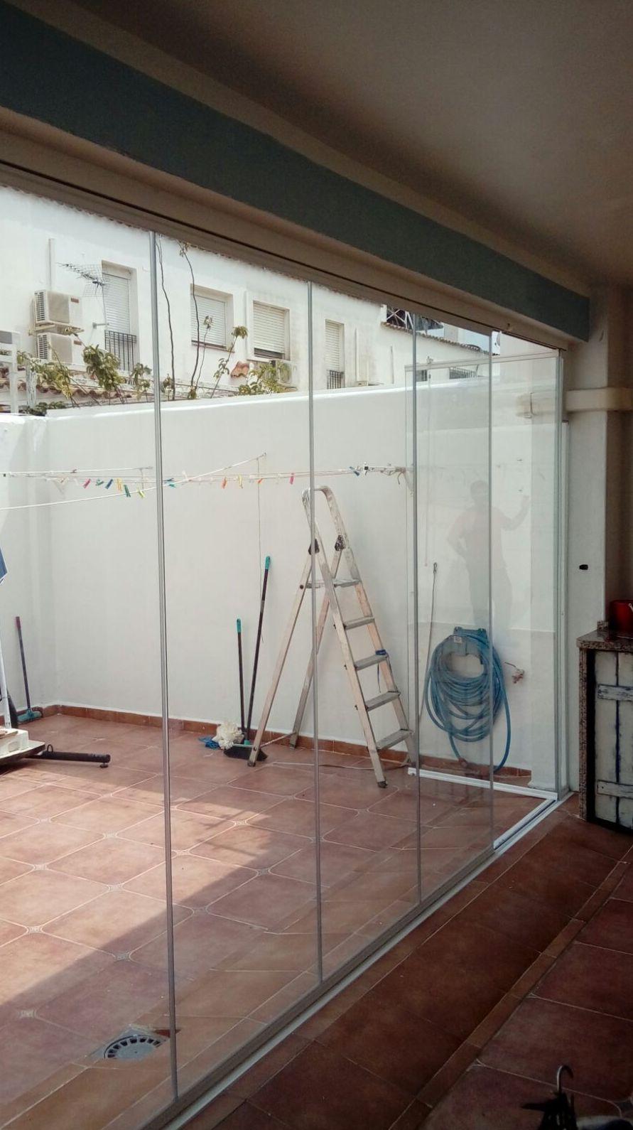 Cortina de cristal como salida a patio interior de la casa.