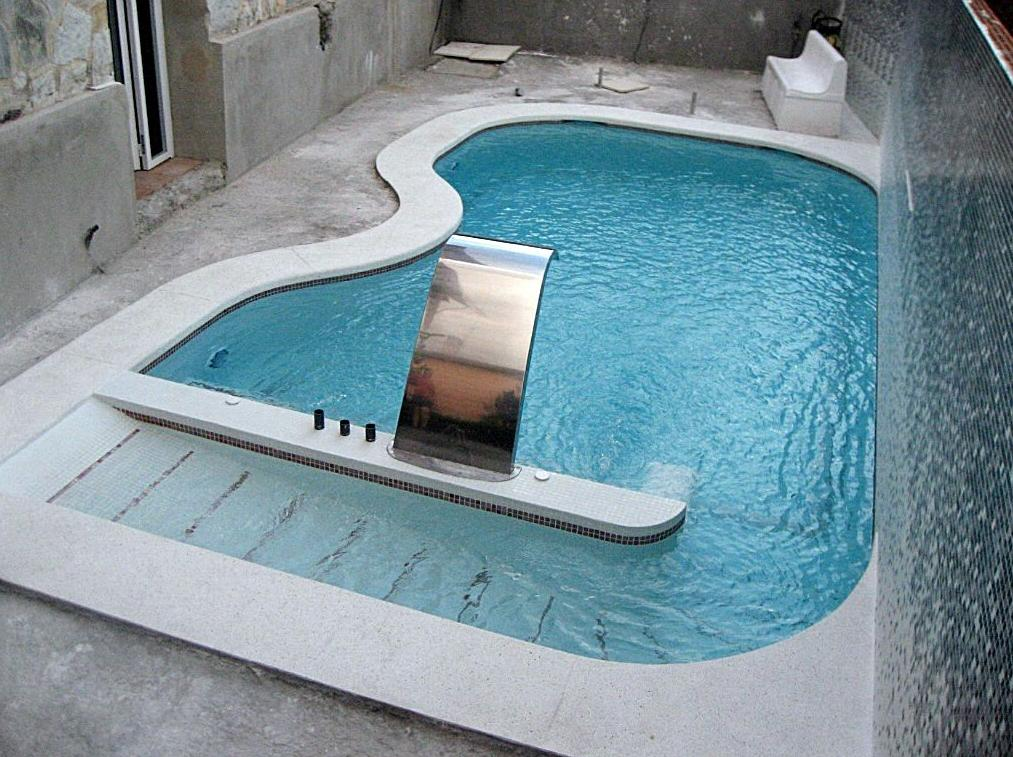 Piscina  climatizada con banco de masaje.