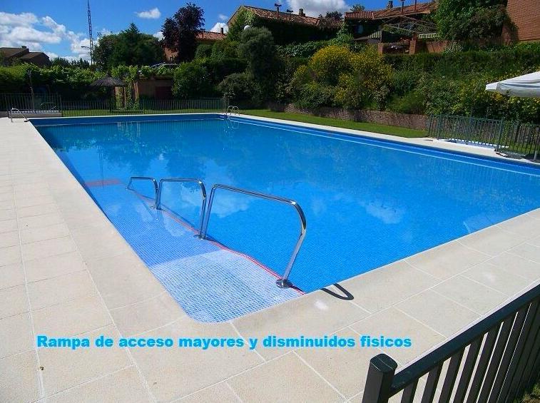Rampa de acceso en piscina de comunidad en el Race