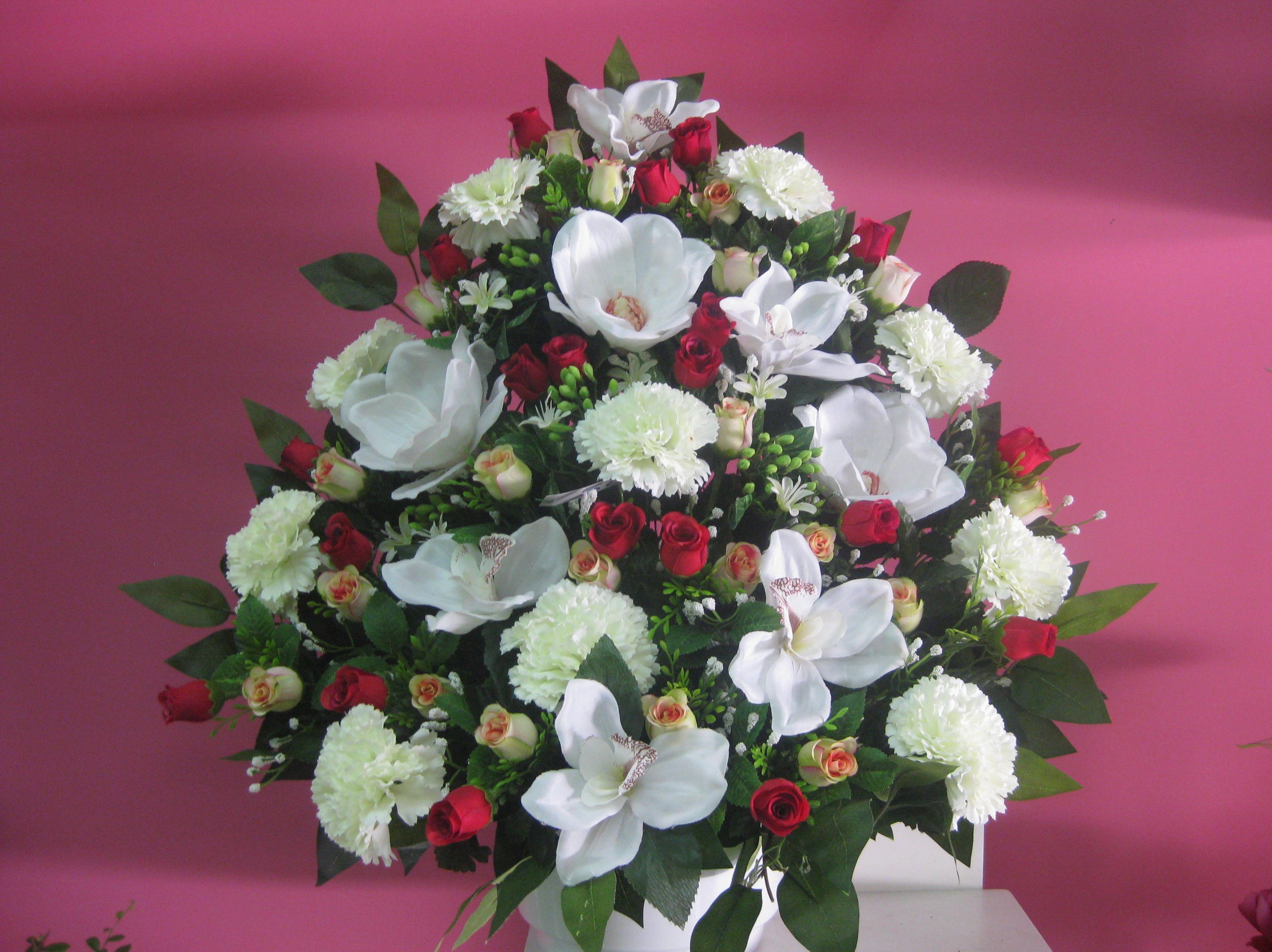 centro artificial a una car de rosas orquideas y claveles