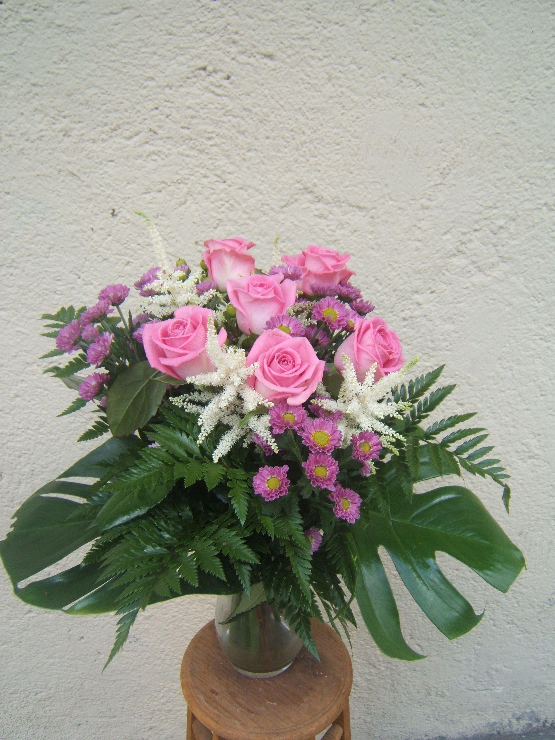 Ramo de rosas rosas con astilber y aster: Catálogo de flores y plantas de Floristería Pétalos