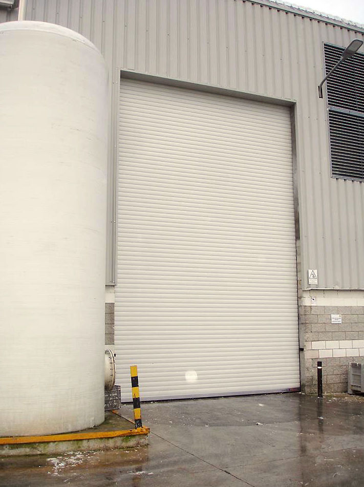 Instalación de persiana industrial Navatek Hormann en Navarra