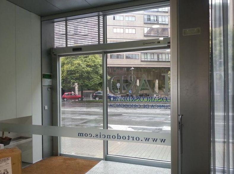 Puertas automáticas en Clínicas dentales Los Arcos en Miranda y Yanguas