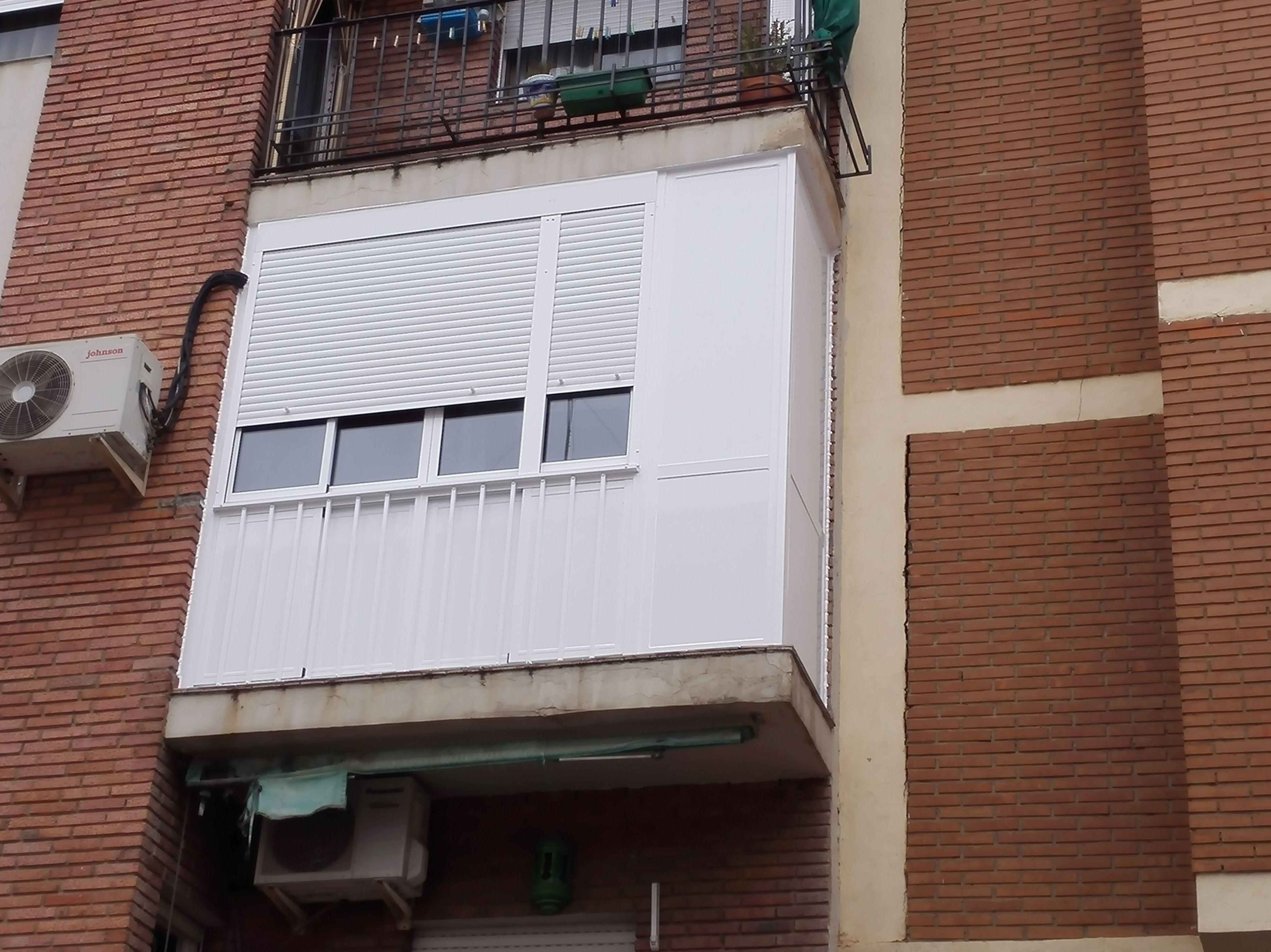 Balcón cierre de aluminio con fijo y armario IX