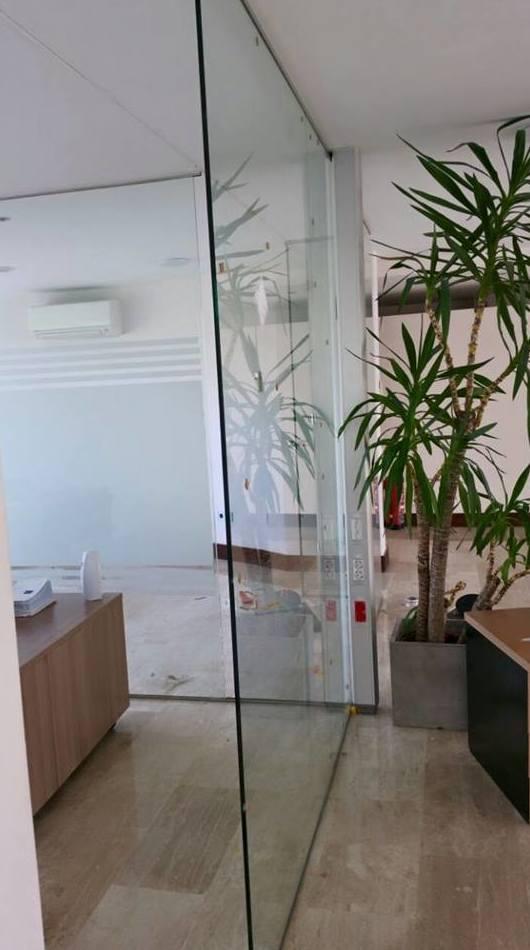 Separación con paneles de cristal
