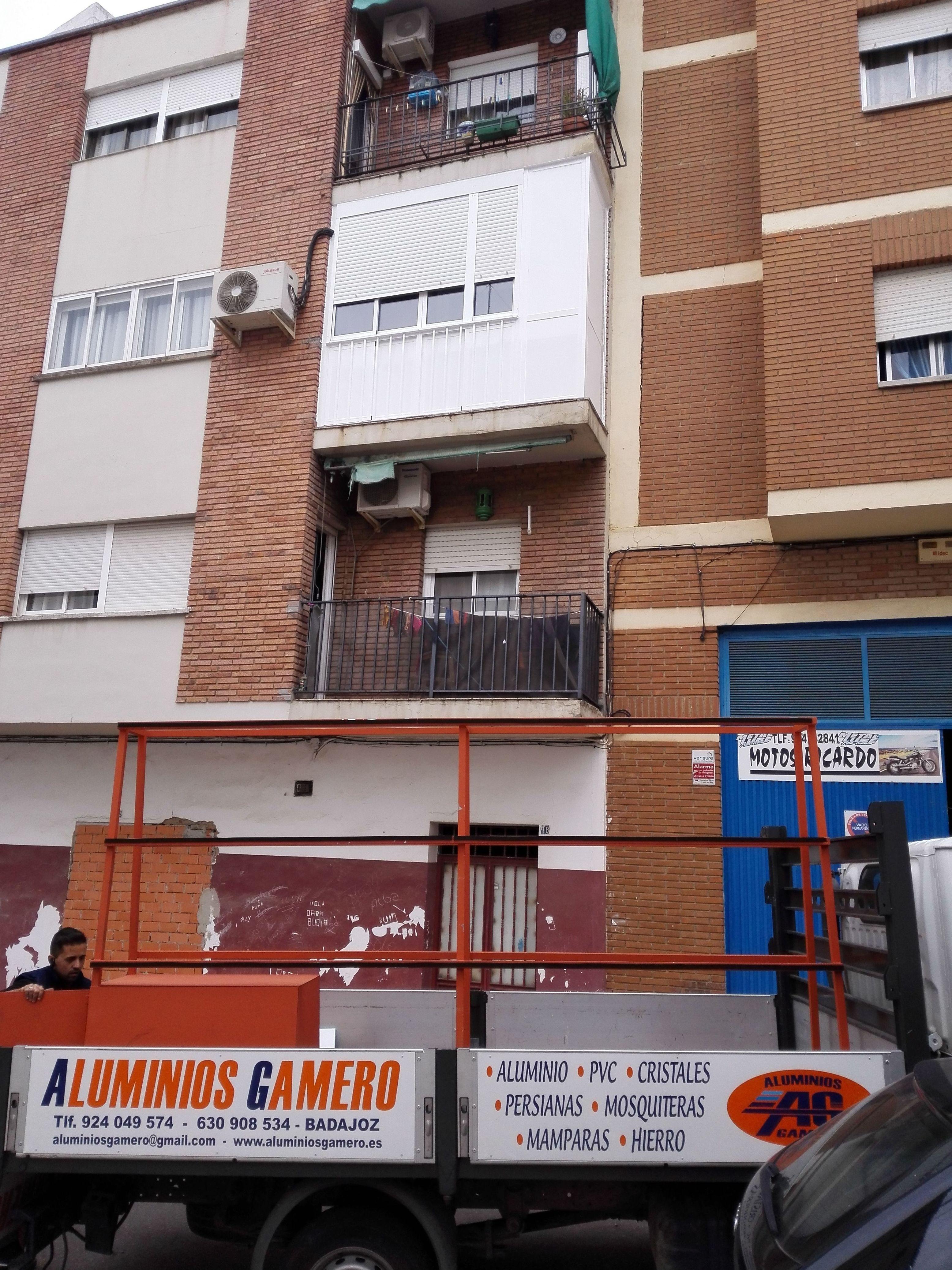 Balcón cierre de aluminio con fijo y armario VIII