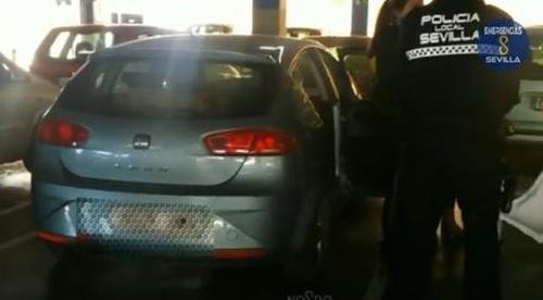 Uno de los dos vehículos intervenidos por la Policía Local de Sevilla