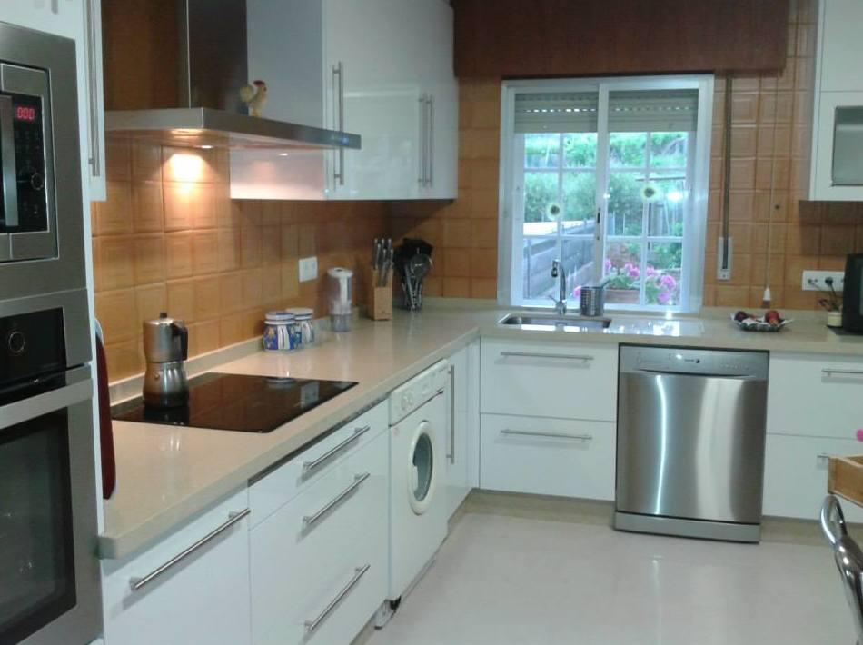 Cocina en formica blanca brillo: Productos y servicios de Salgonzalez