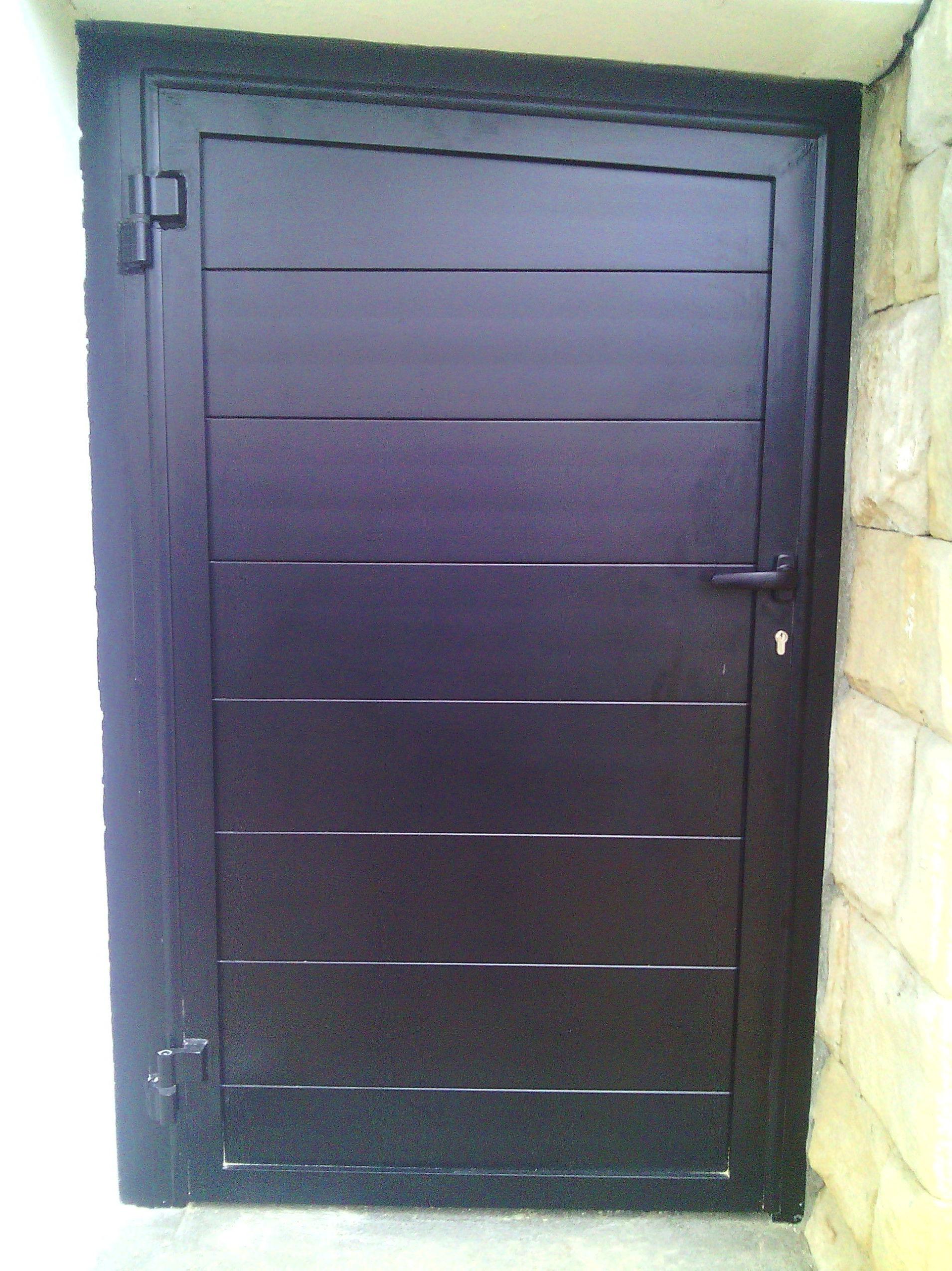 Puerta peatonal fabricada en aluminio marino lacado al horno