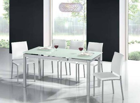 Mesa y sillas con diseño moderno