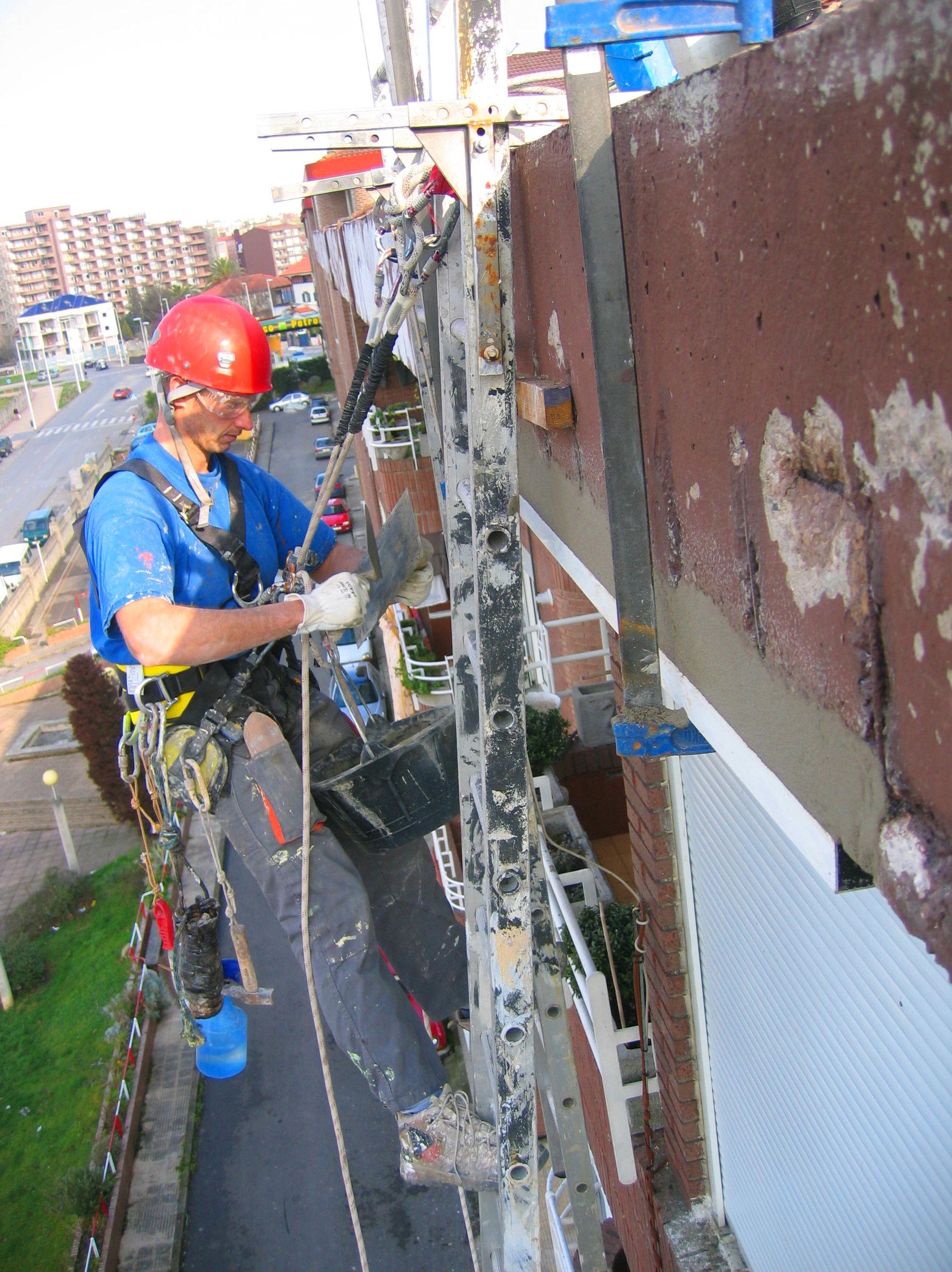Reparación y protección del hormigón en alero de Torrelavega.