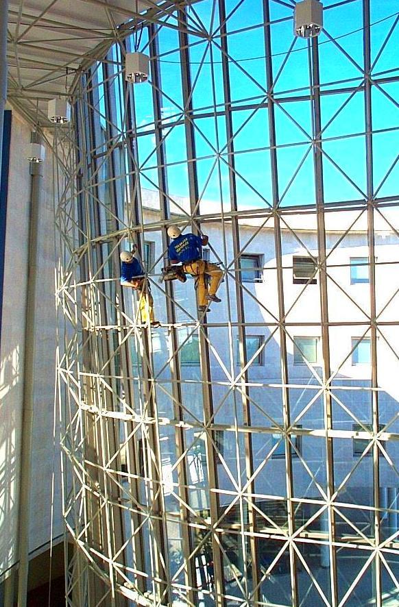 Trabajos verticales limpieza de cristales.