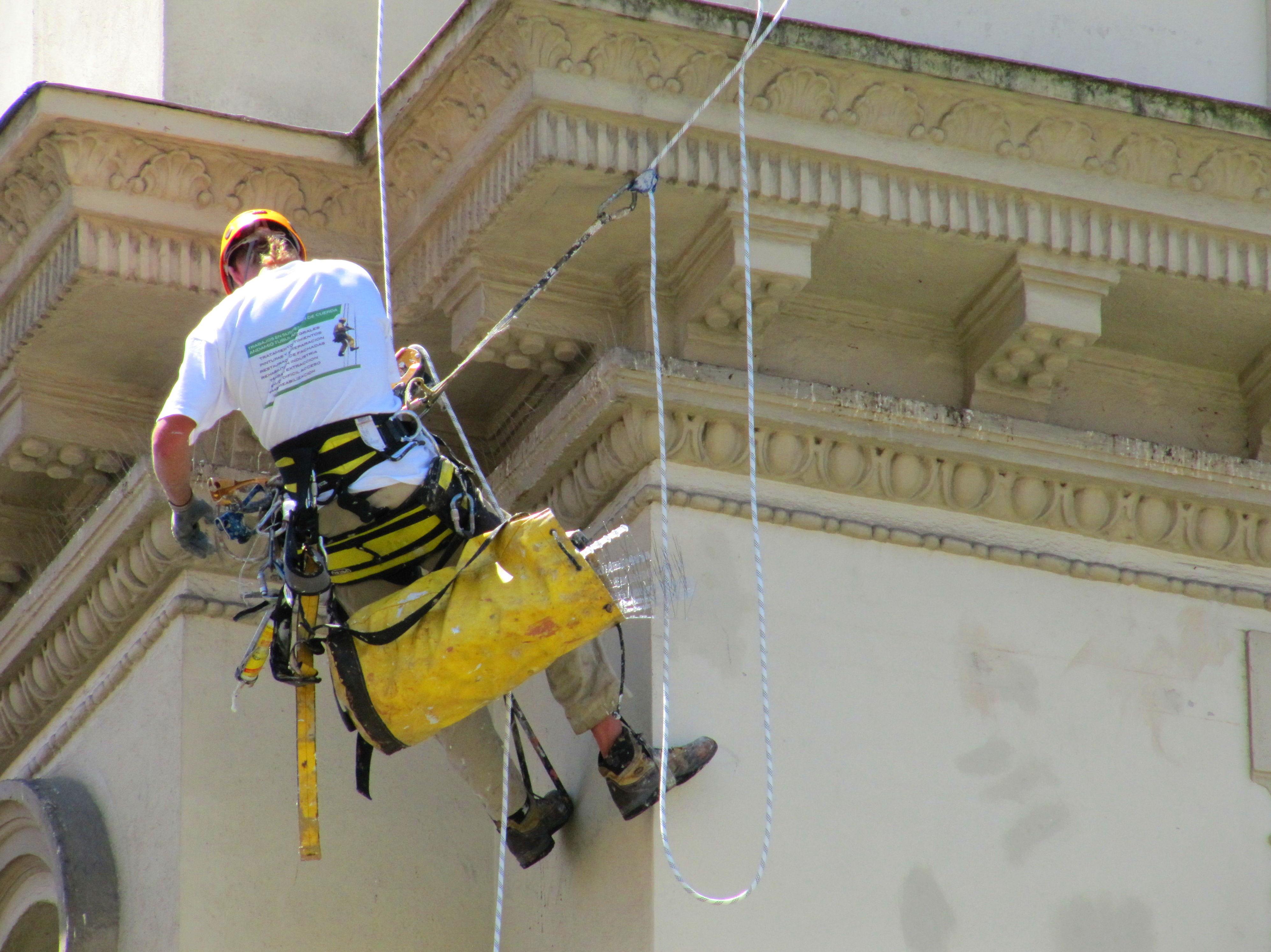Santander-Torrelavega. Trabajos verticales reparación de cornisas y aleros.