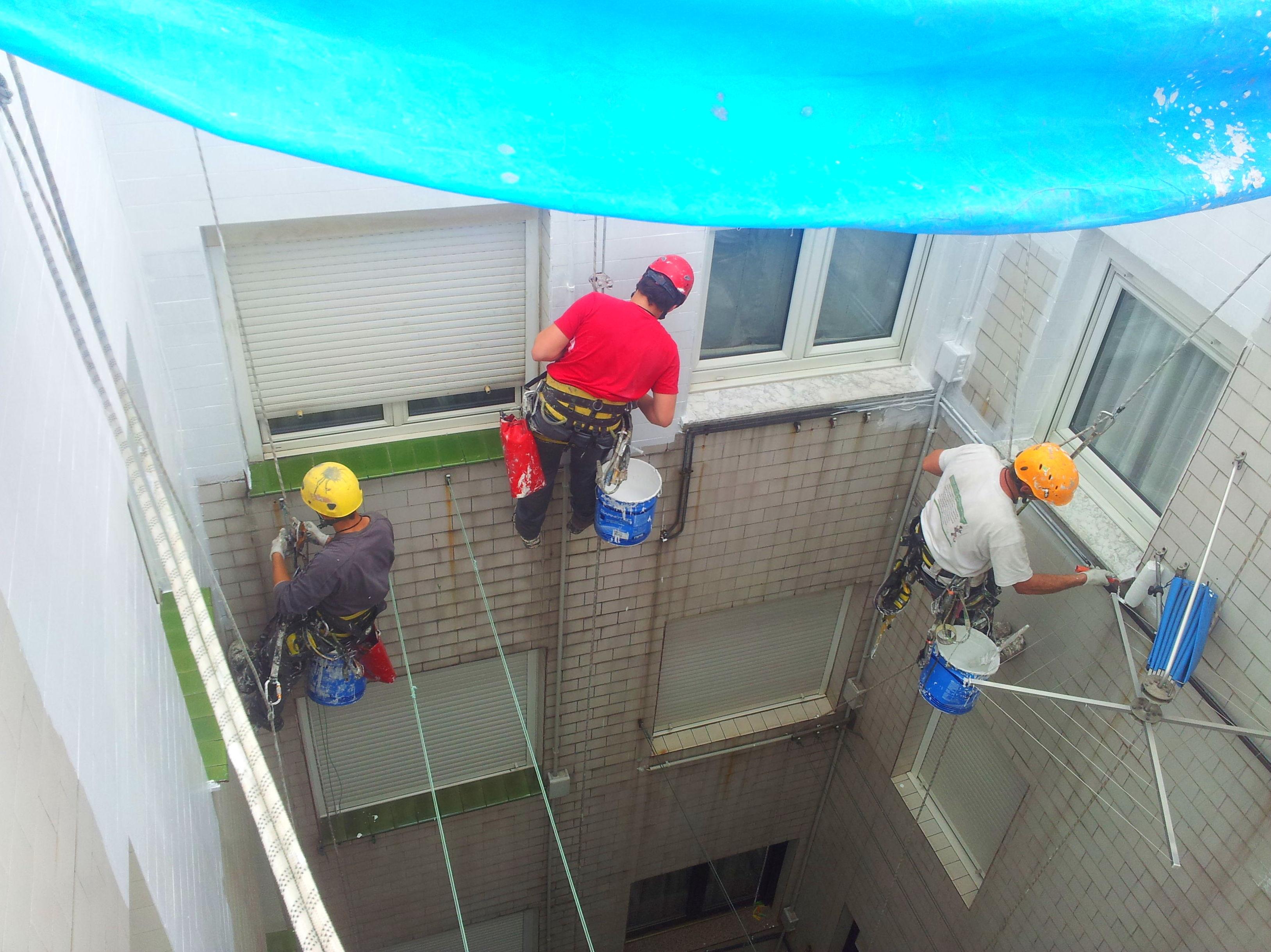 Aplicación de imprimaciones sobre azulejos, vitrificados etc. Reparación de patios Santander.
