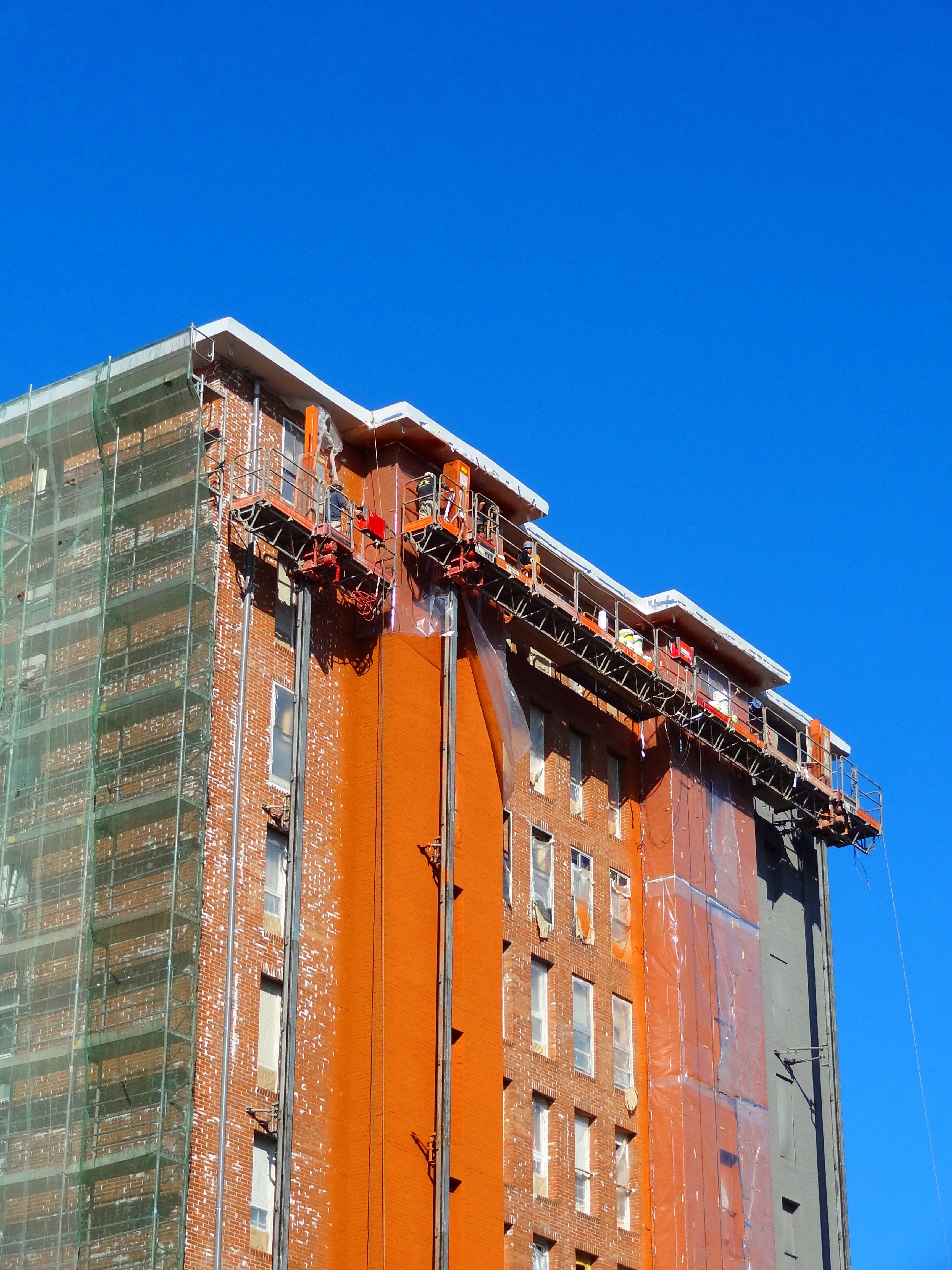 Rehabilitación de fachadas con andamio bimastil.