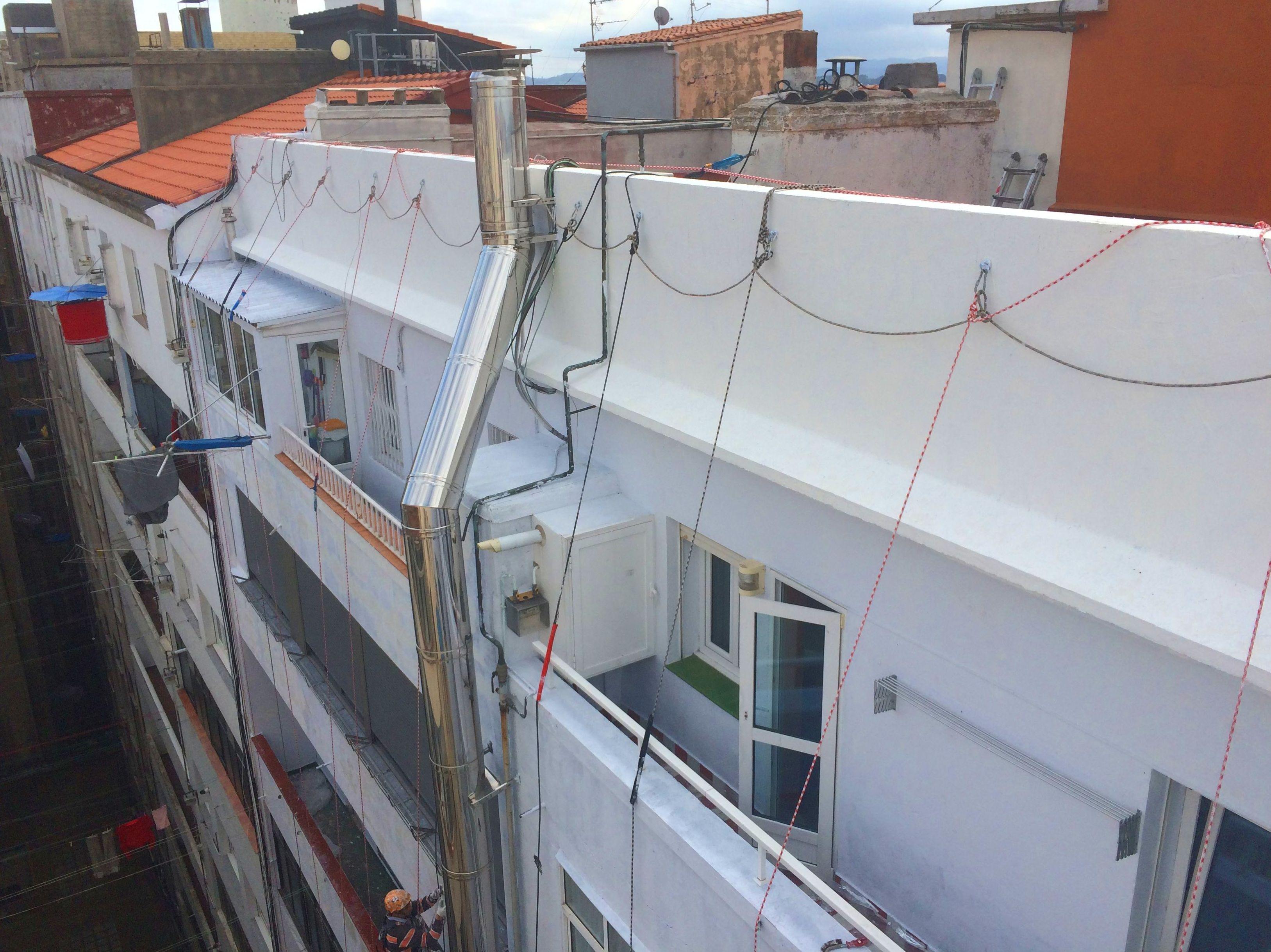 Fachadas Cantabria. Trabajos verticales. Posicionamiento con cuerdas en Santander.