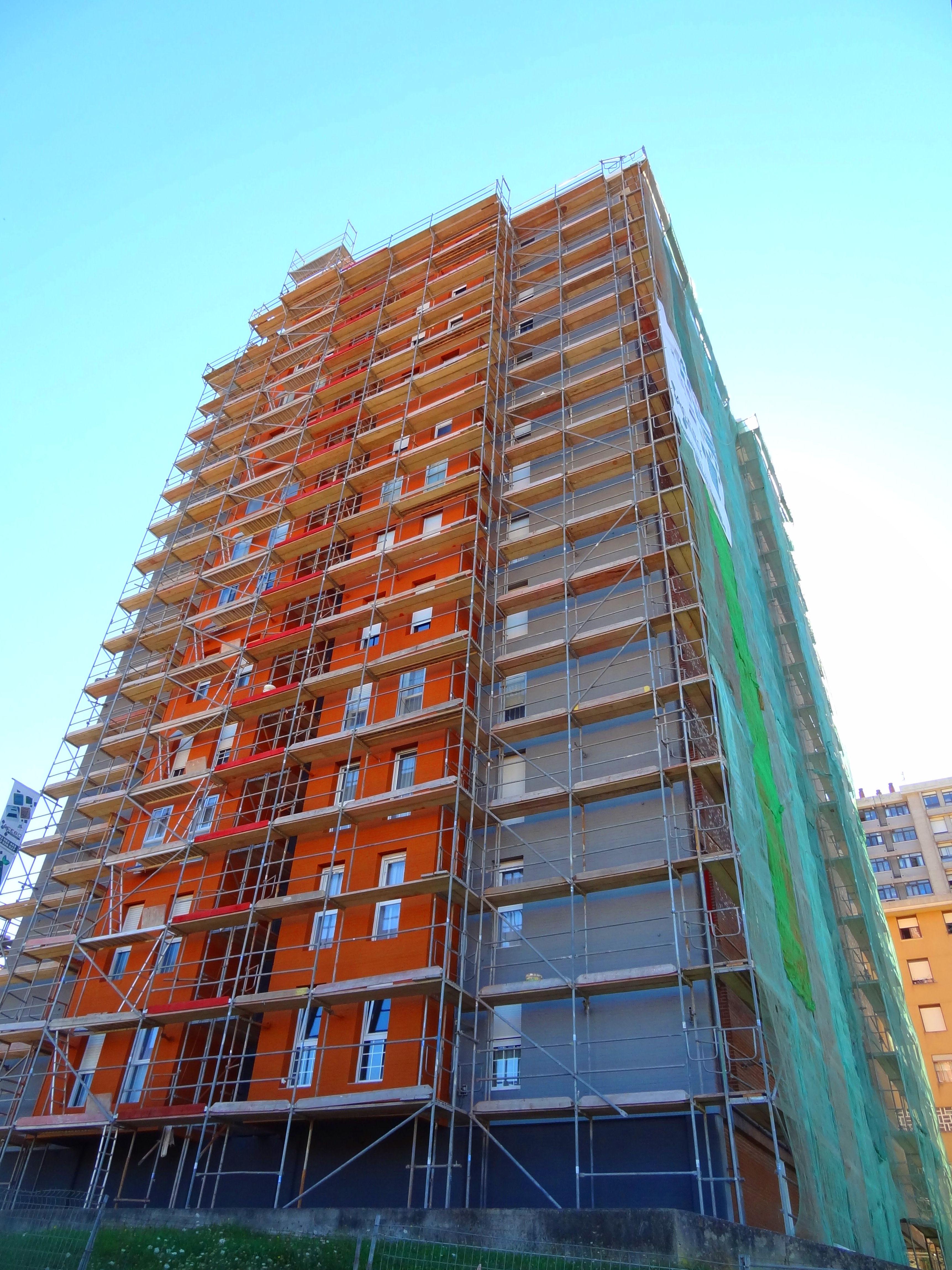 Rehabilitación de fachada con aislamiento térmico.