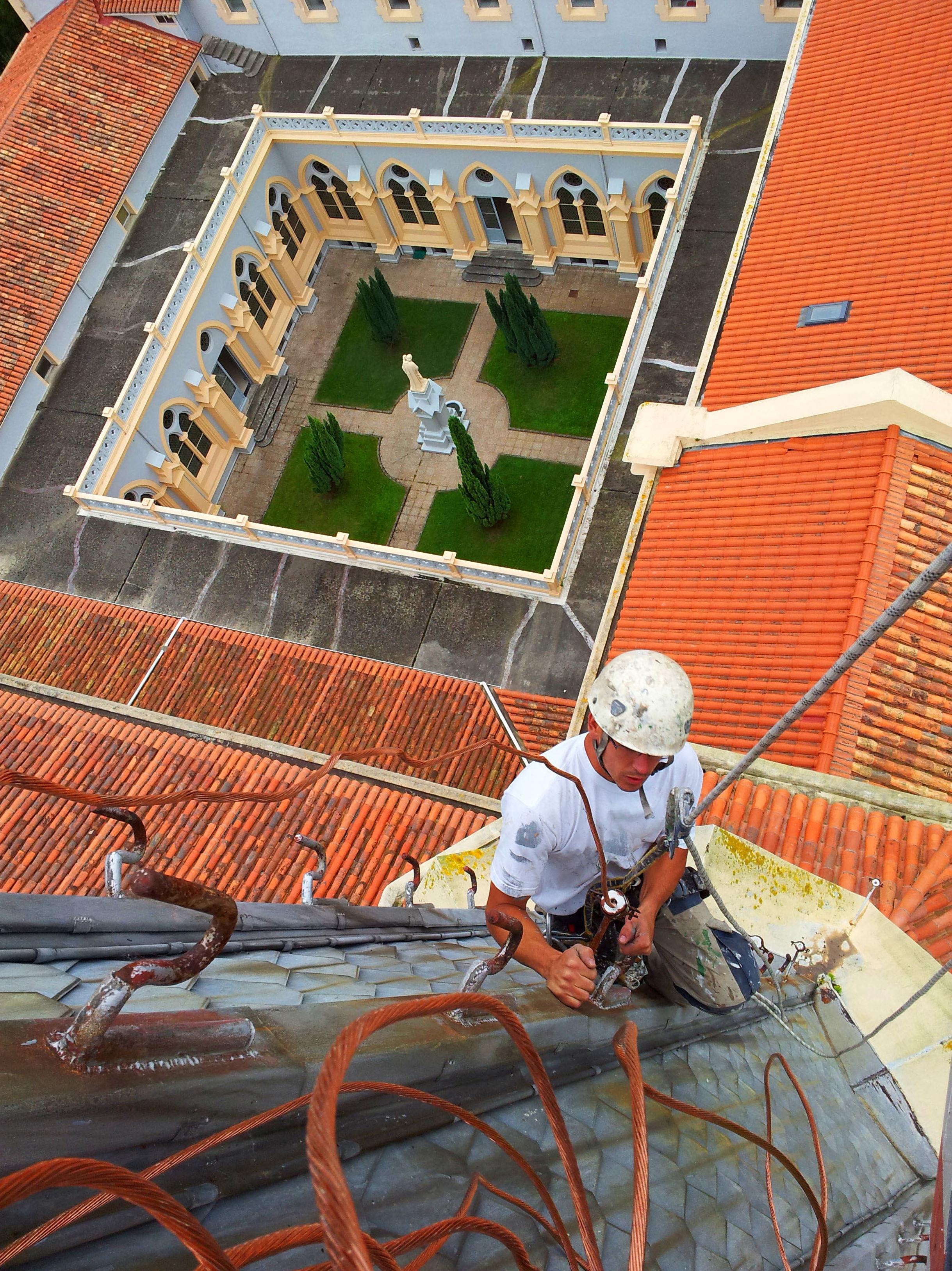 Mantenimiento de sellado en cubiertas y cúpulas Trabajos verticales Santander.