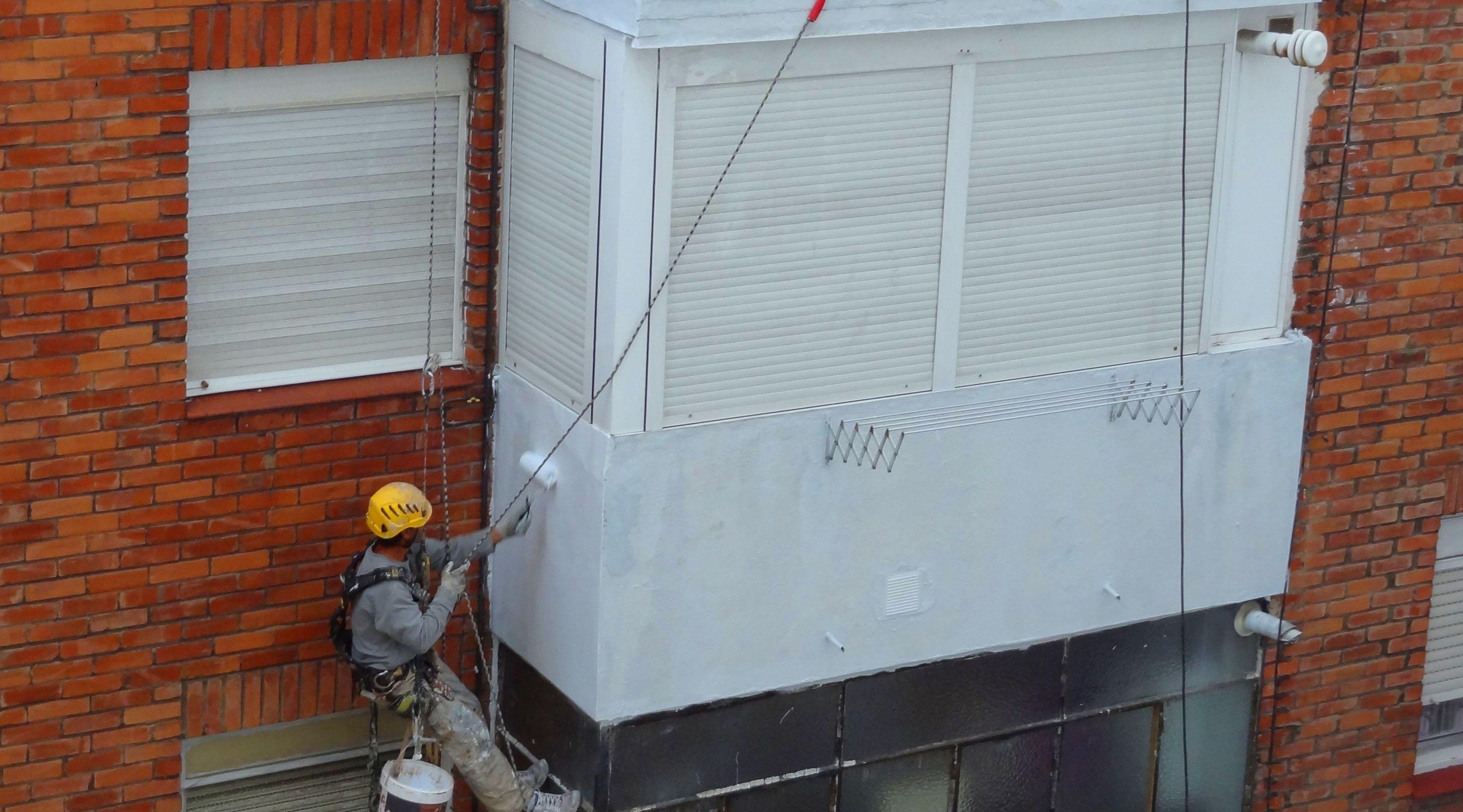 Pintores de fachadas en Torrelavega con trabajos verticales.