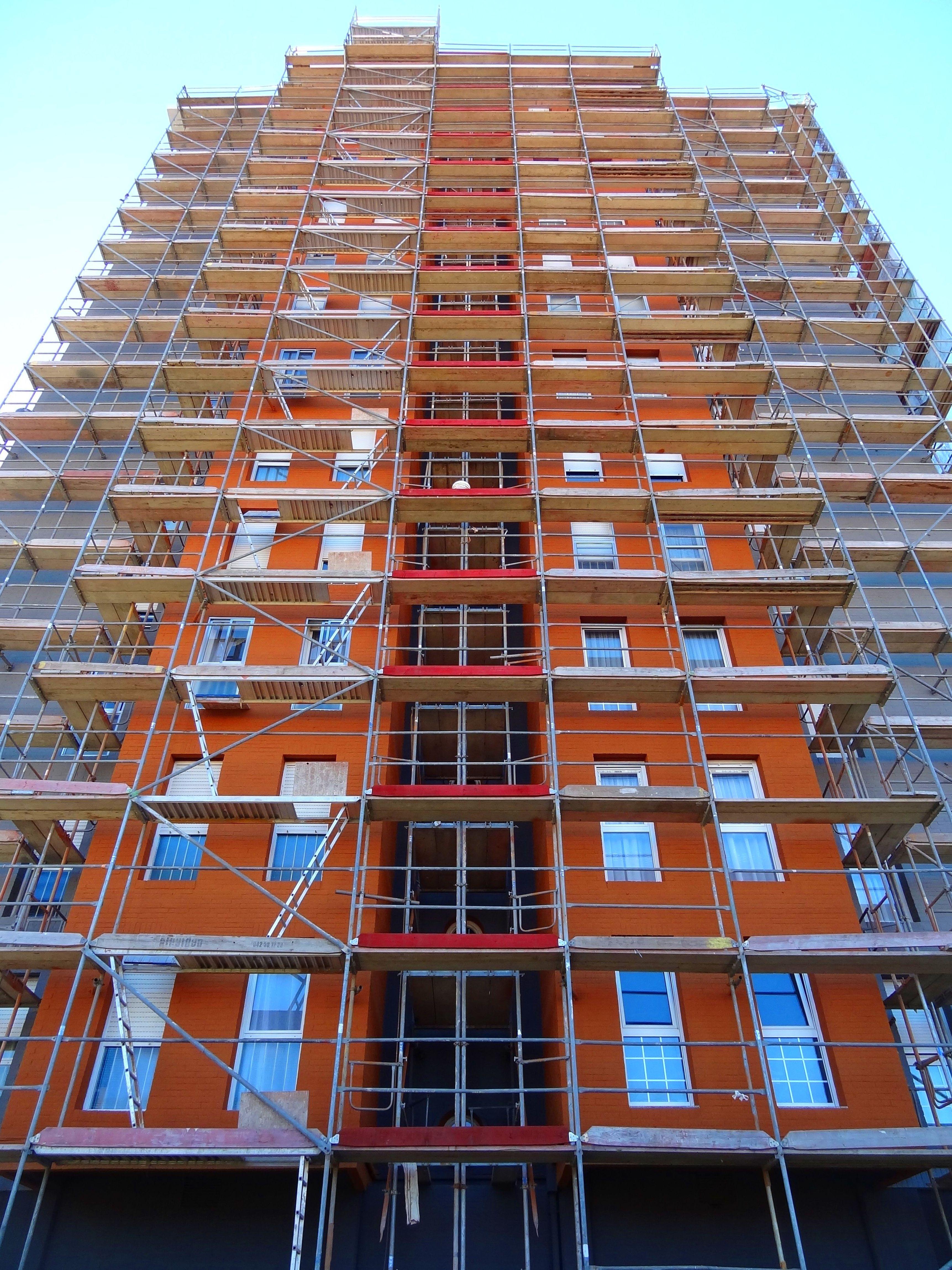 Rehabilitación de fachadas con andamio modular. Fachada Aislada Santander.