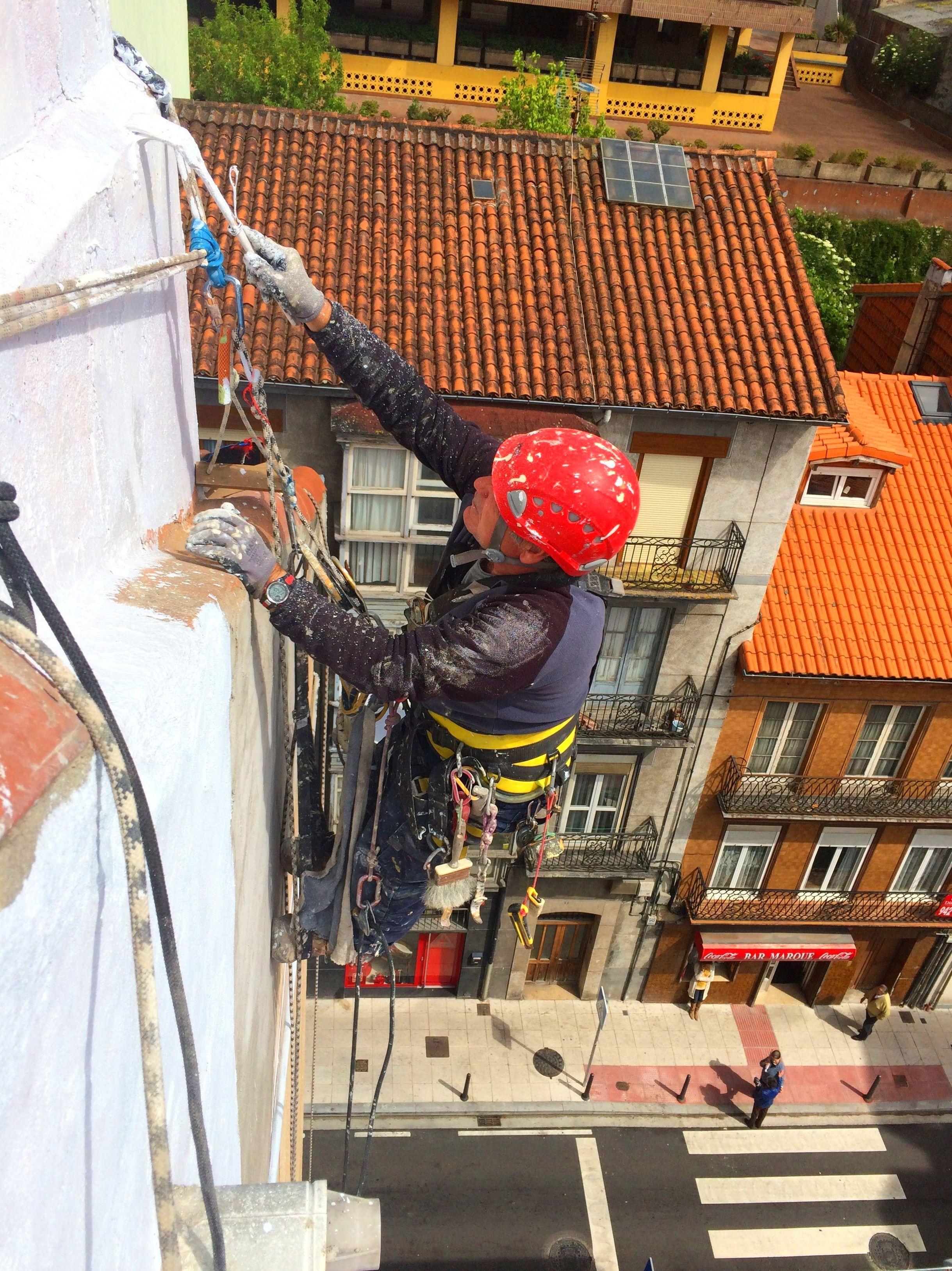 Trabajos verticales reparación de fachadas revestimientos y pinturas.