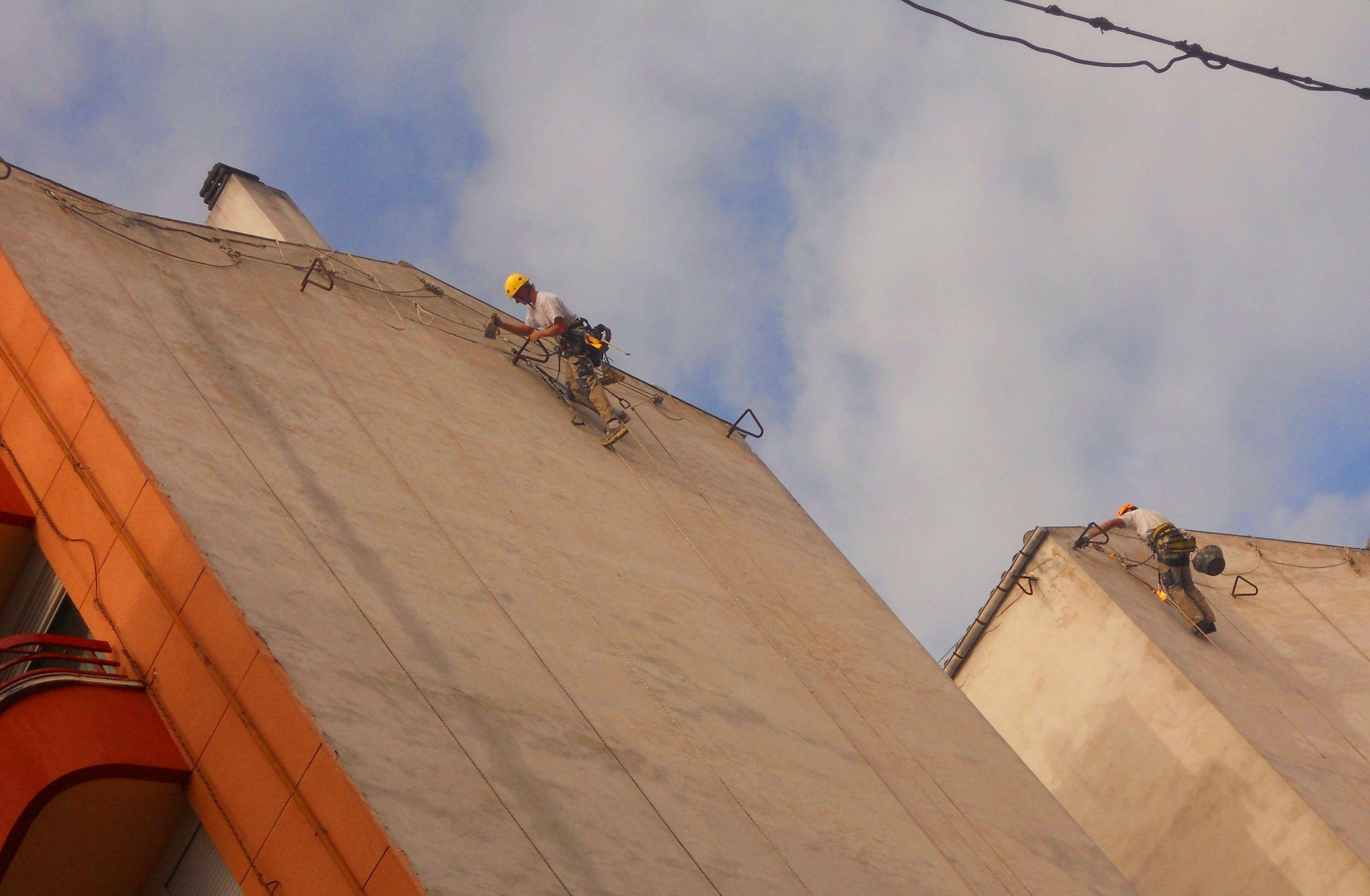 Rehabilitación de fachada con trabajos verticales.