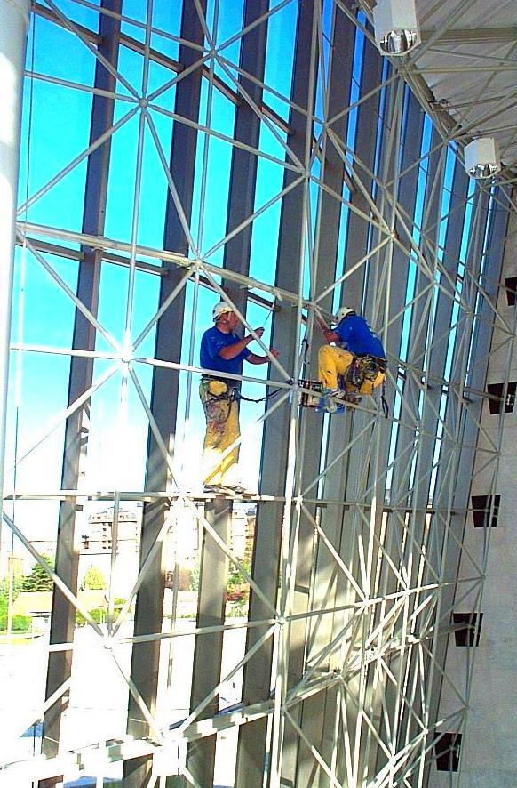 Limpieza de muro cortina con sistema de trabajos verticales Conservatorio de música Santander.
