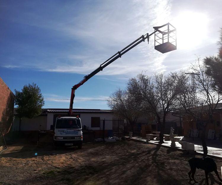 Instalación y reparación de canalones con camión grúa en Ciudad Real