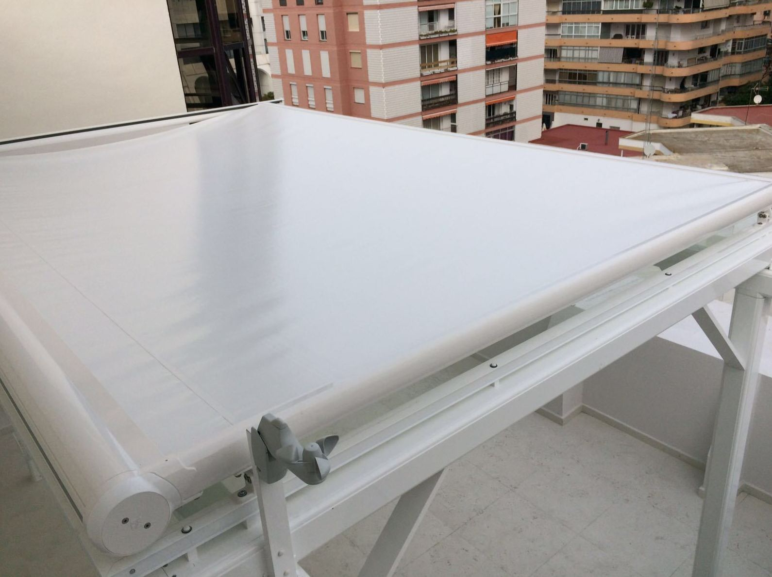 Pergola de Aluminio, vidrio laminar y toldo con motor y mando a distancia Aluminios Aludecor