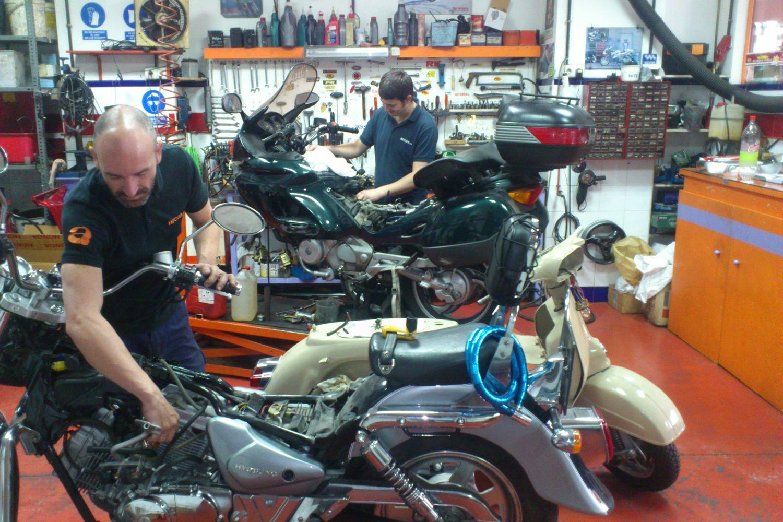 Interior de nuestro taller de motos en Sevilla