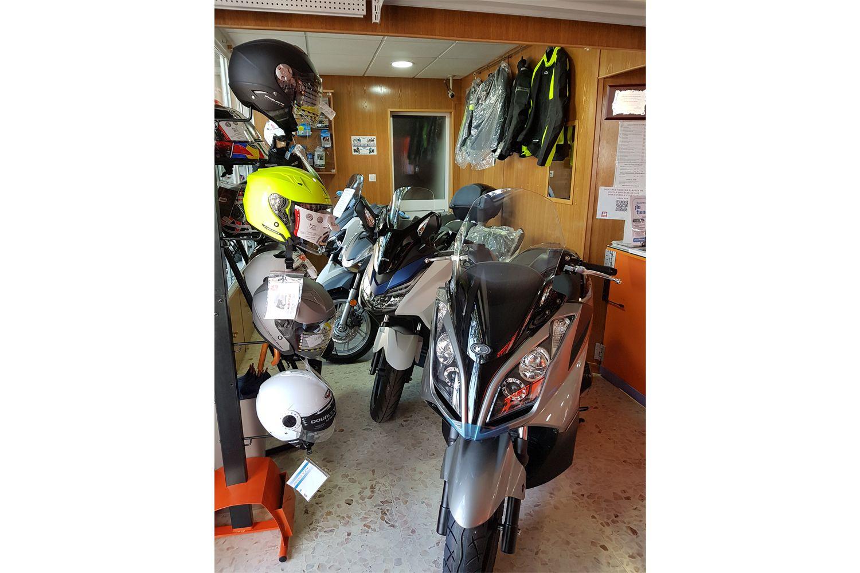 Interior de nuestra tienda de motos en Sevilla